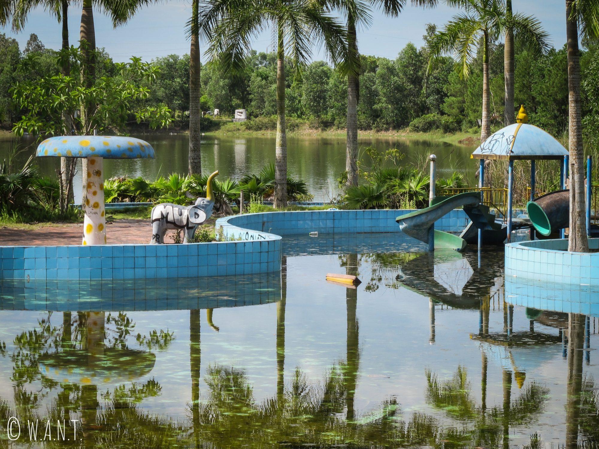 Aire de jeux pour enfants du parc aquatique abandonné de Ho Thuy Tien