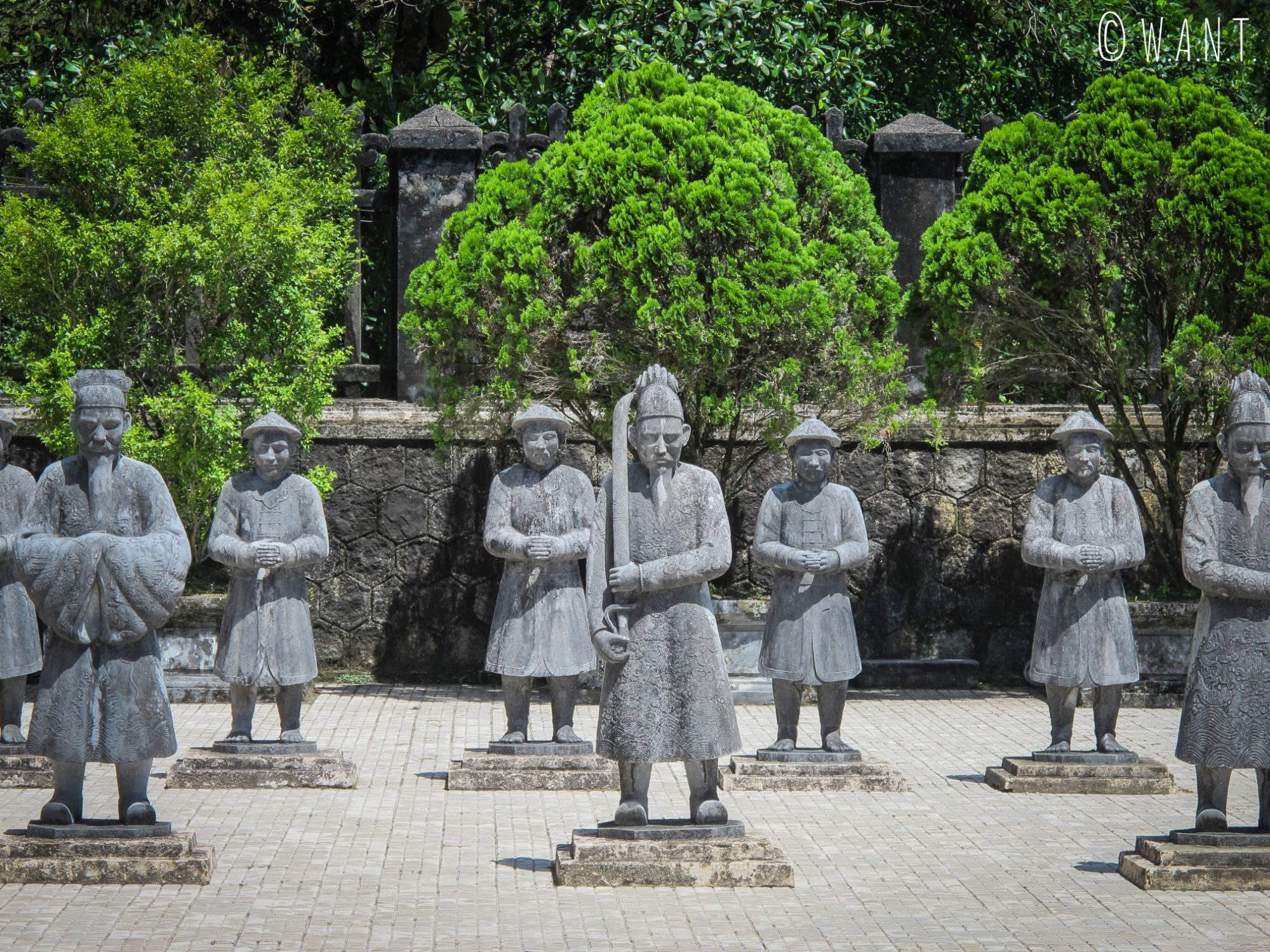 Armée de pierre à l'entrée du Mausolée de Khai Dinh à Hué