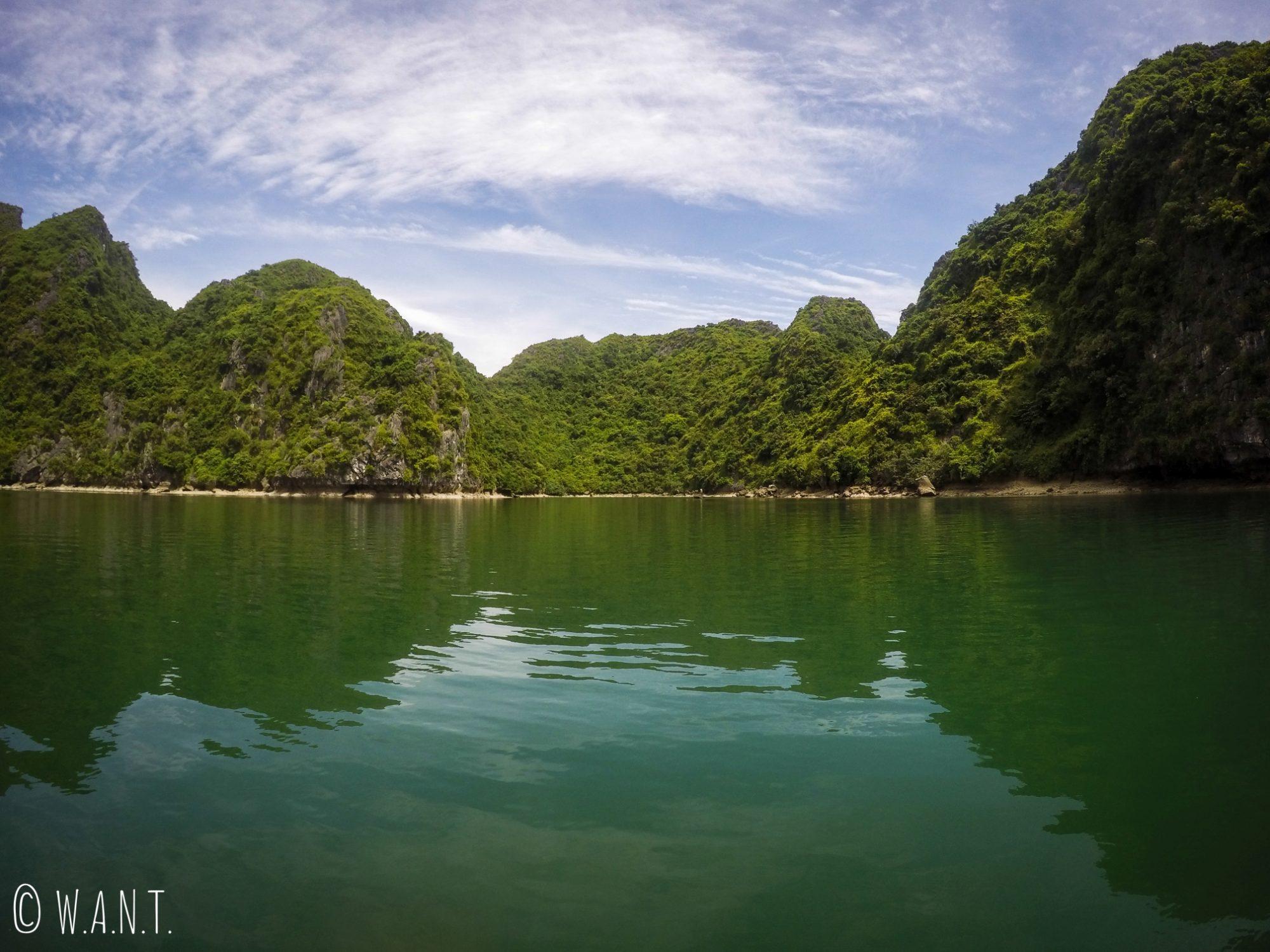 Balade en kayak autour des pics karstiques de la Baie d'Ha Long