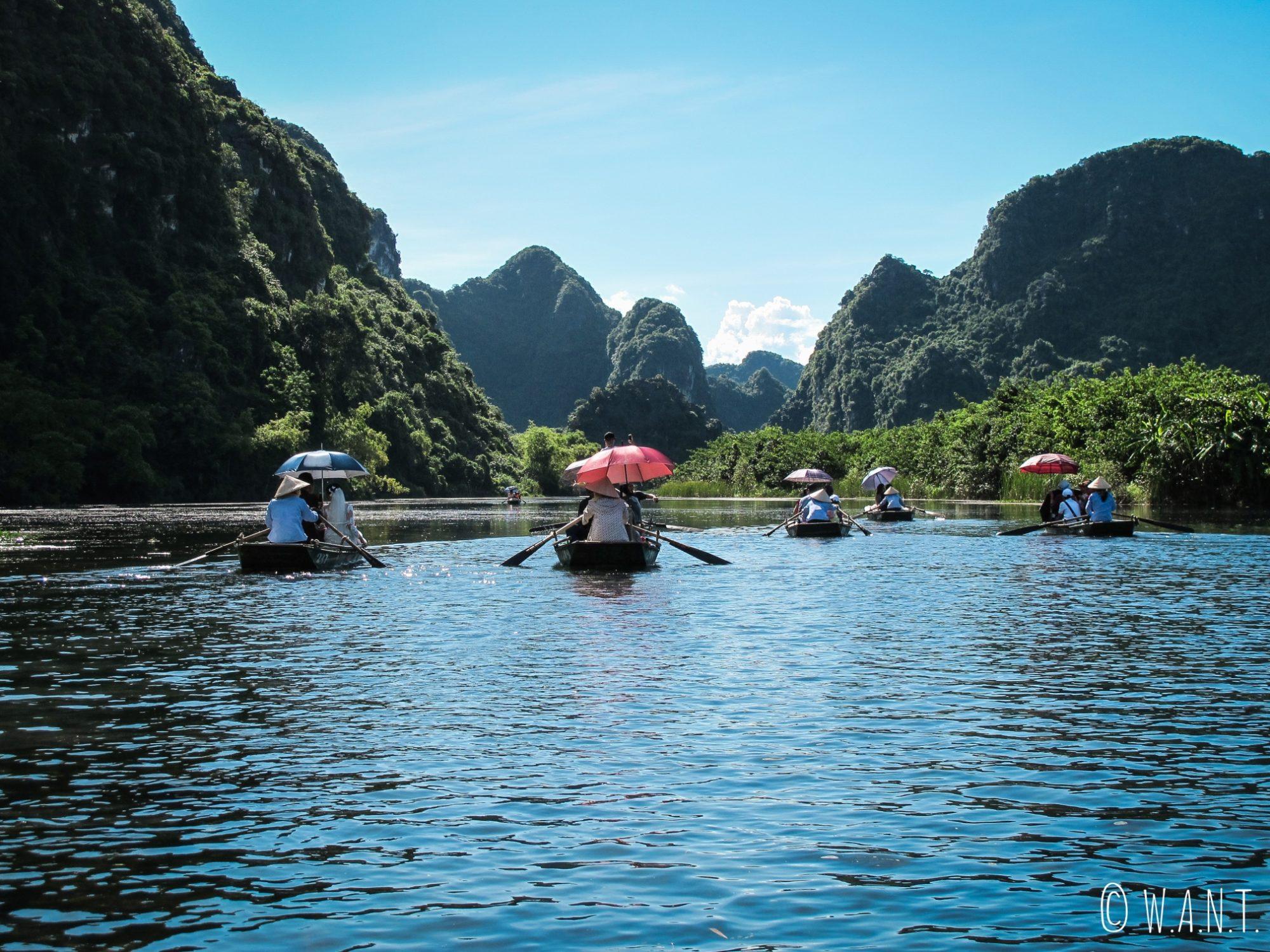 Barques dans la Baie d'Ha Long terrestre à Trang An