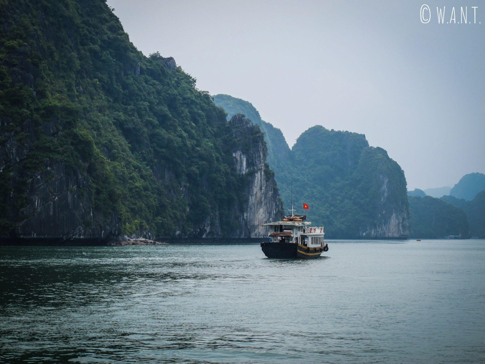 Bateau d'excursion dans la Baie de Lan Ha
