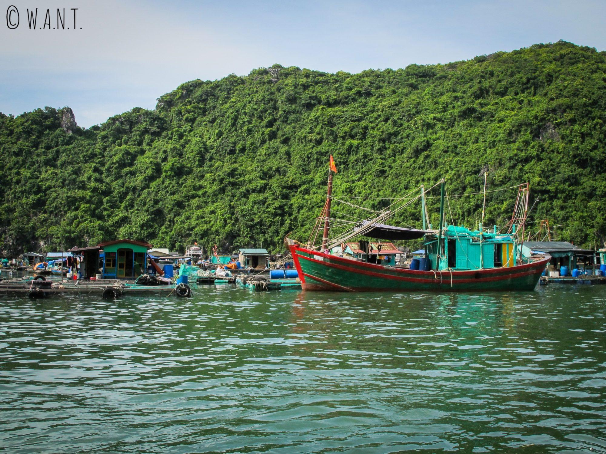 Bateau et habitations de pêcheurs dans la Baie de Lan Ha