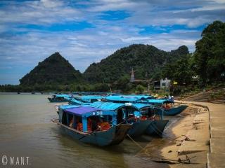 Bateaux pour se rendre à la grotte de Phong Nha à l'embarcadère de Son Trach