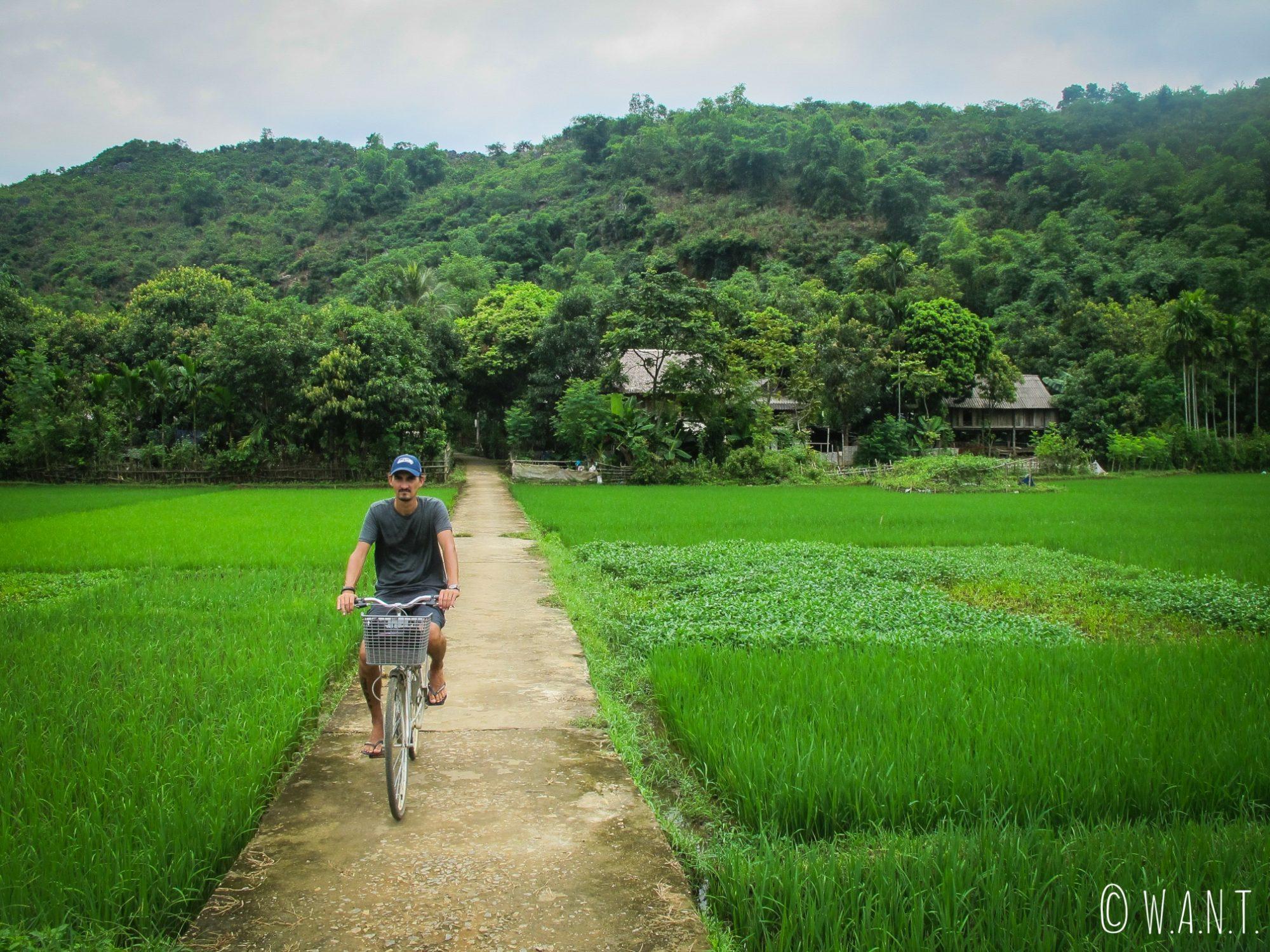 Benjamin apprécie découvrir Mai Chau à vélo