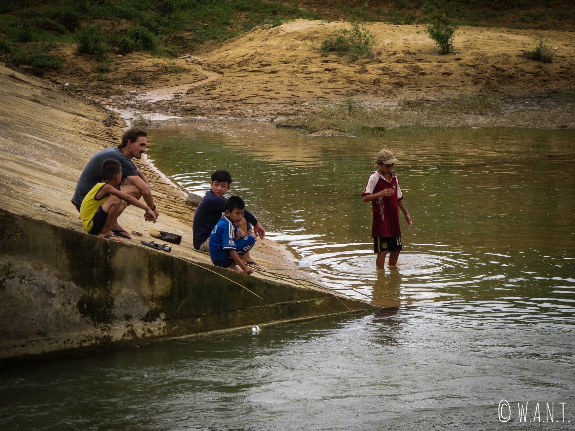 Benjamin en pleine discussion avec des enfants vivant à Phong Nha