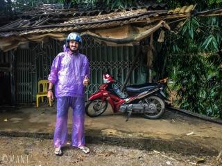 Benjamin porte son pyjama de pluie sur le retour à Ha Giang