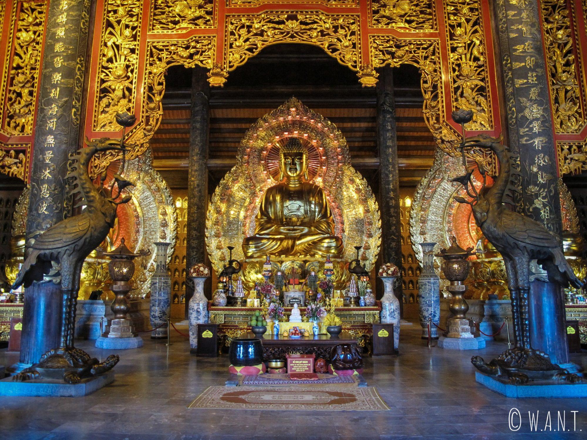Bouddha géant dans le temple Dien Tam The de la pagode Bai Dinh à Tam Coc