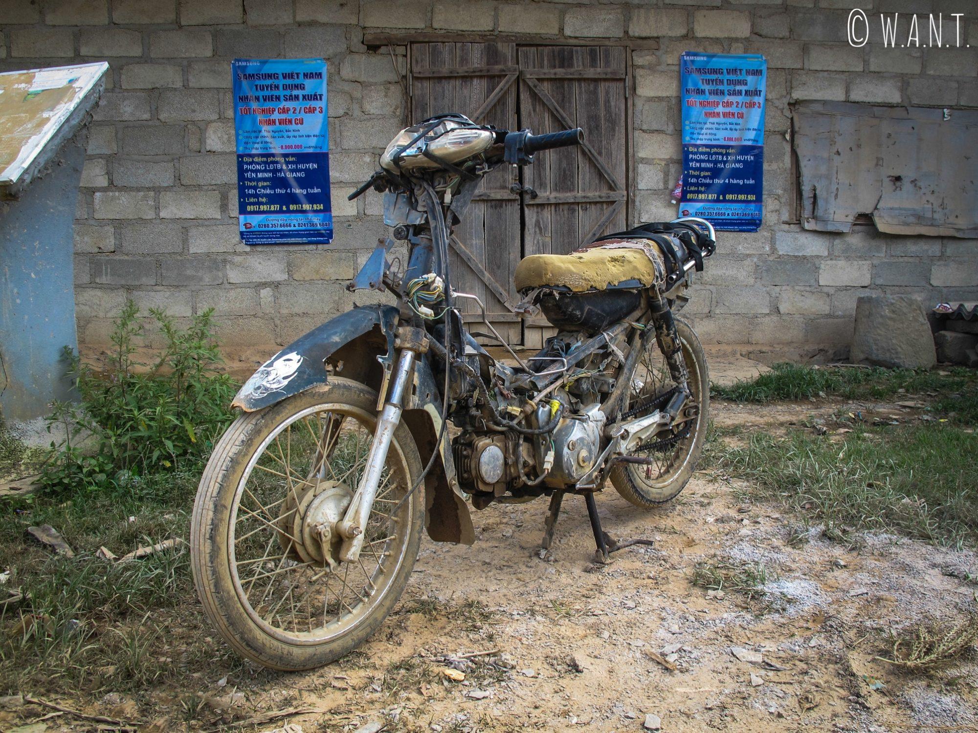 Cette mobylette est encore utilisée par un habitant du village, sur la route de Lung Cu