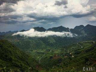Ciel noir et nuages sur le chemin du retour à Ha Giang