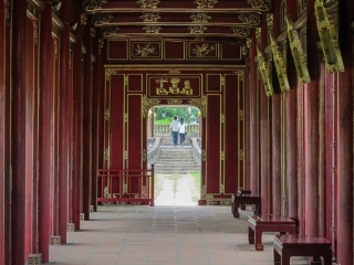 Couple local photographié depuis une gallerie de la Citadelle de Hué