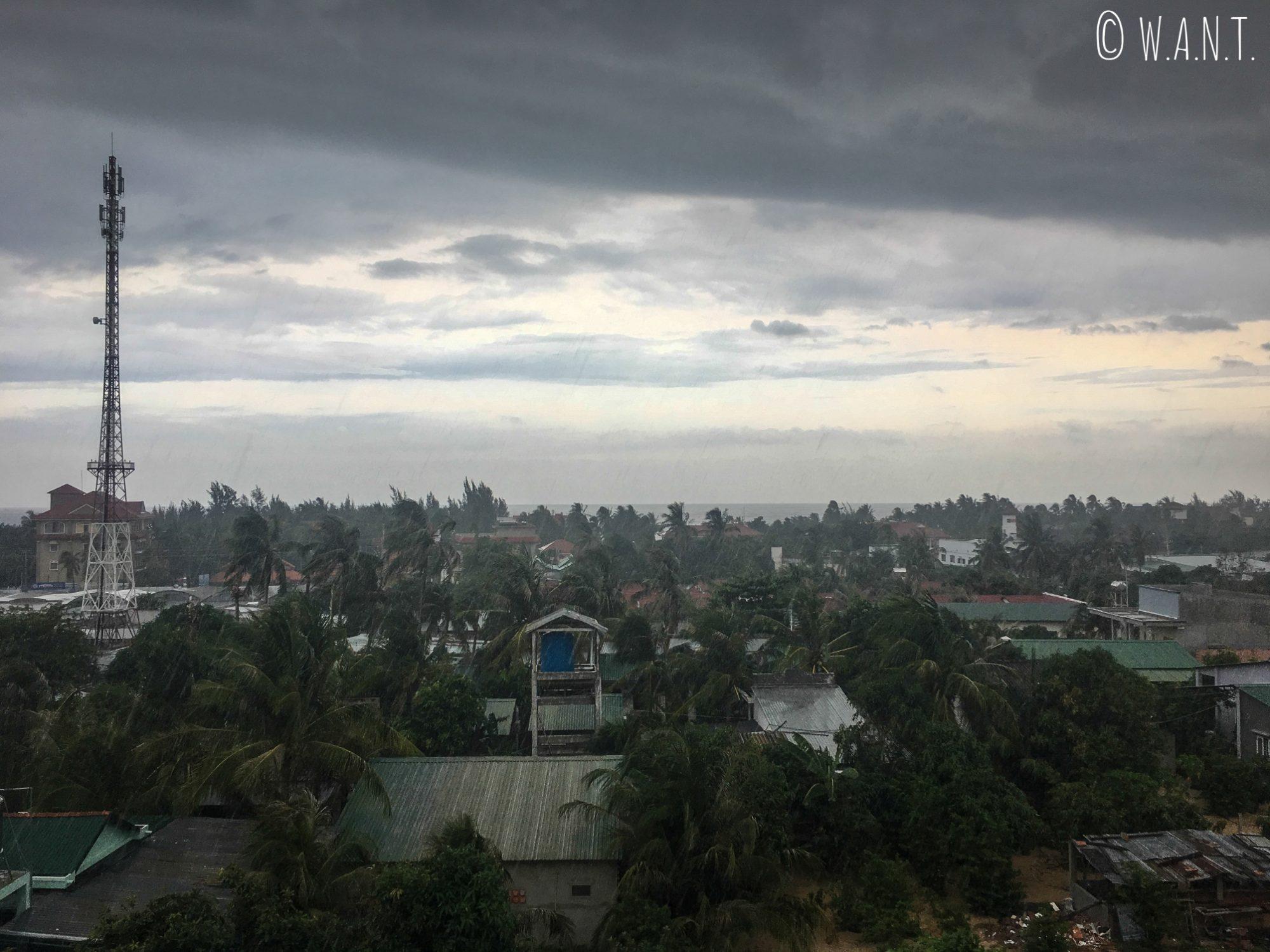 Déluge sur Mui Ne que nous observons au sec depuis notre balcon