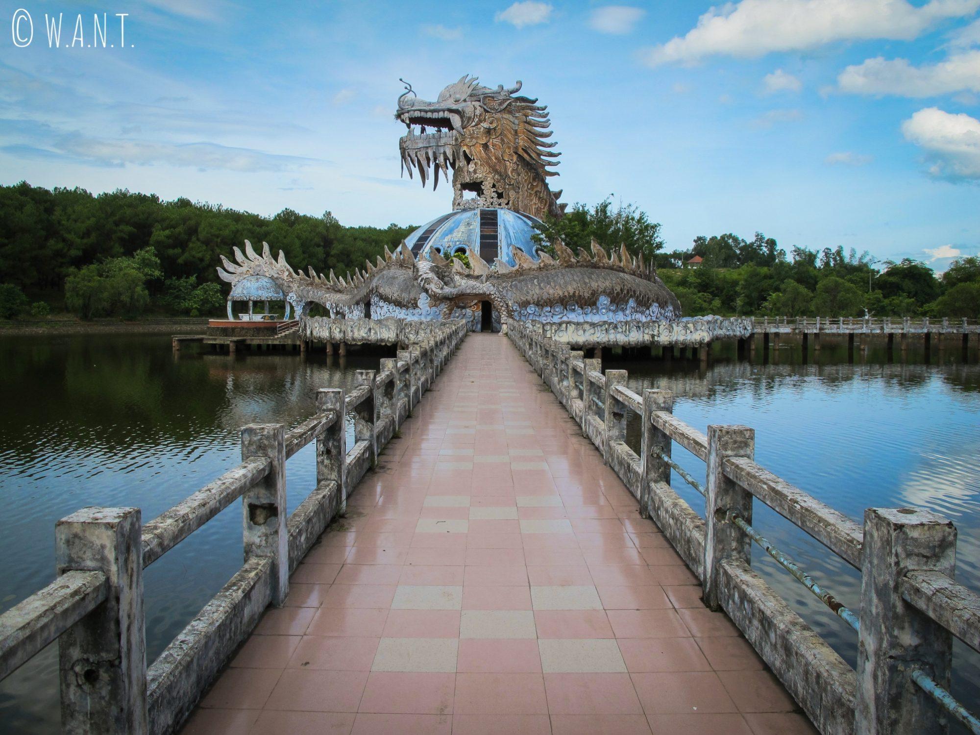 Dragon géant au parc aquatique abandonné de Ho Thuy Tien
