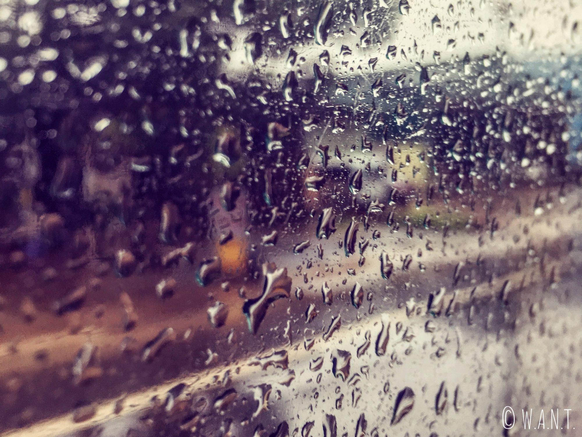 En arrivant à Da Lat, nous apercevons le déluge à travers la fenêtre du minibus