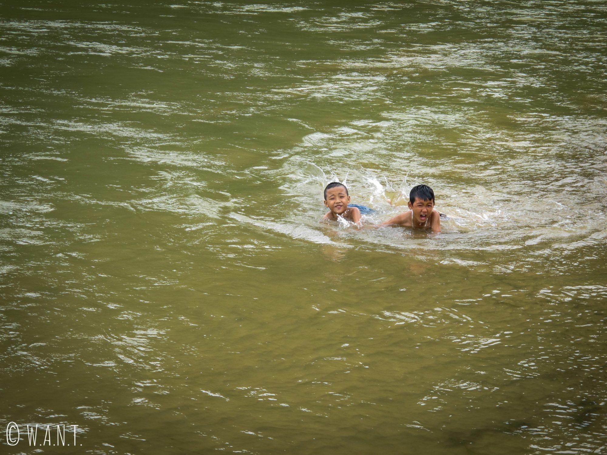 Enfants jouant dans la rivière à Phong Nha
