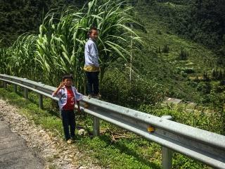 Enfants sur le bord de la route en rentrant de Meo Vac