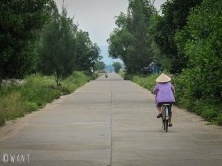 Femme en vélo dans le quartier de Duy Nghia de la région de Hoi An
