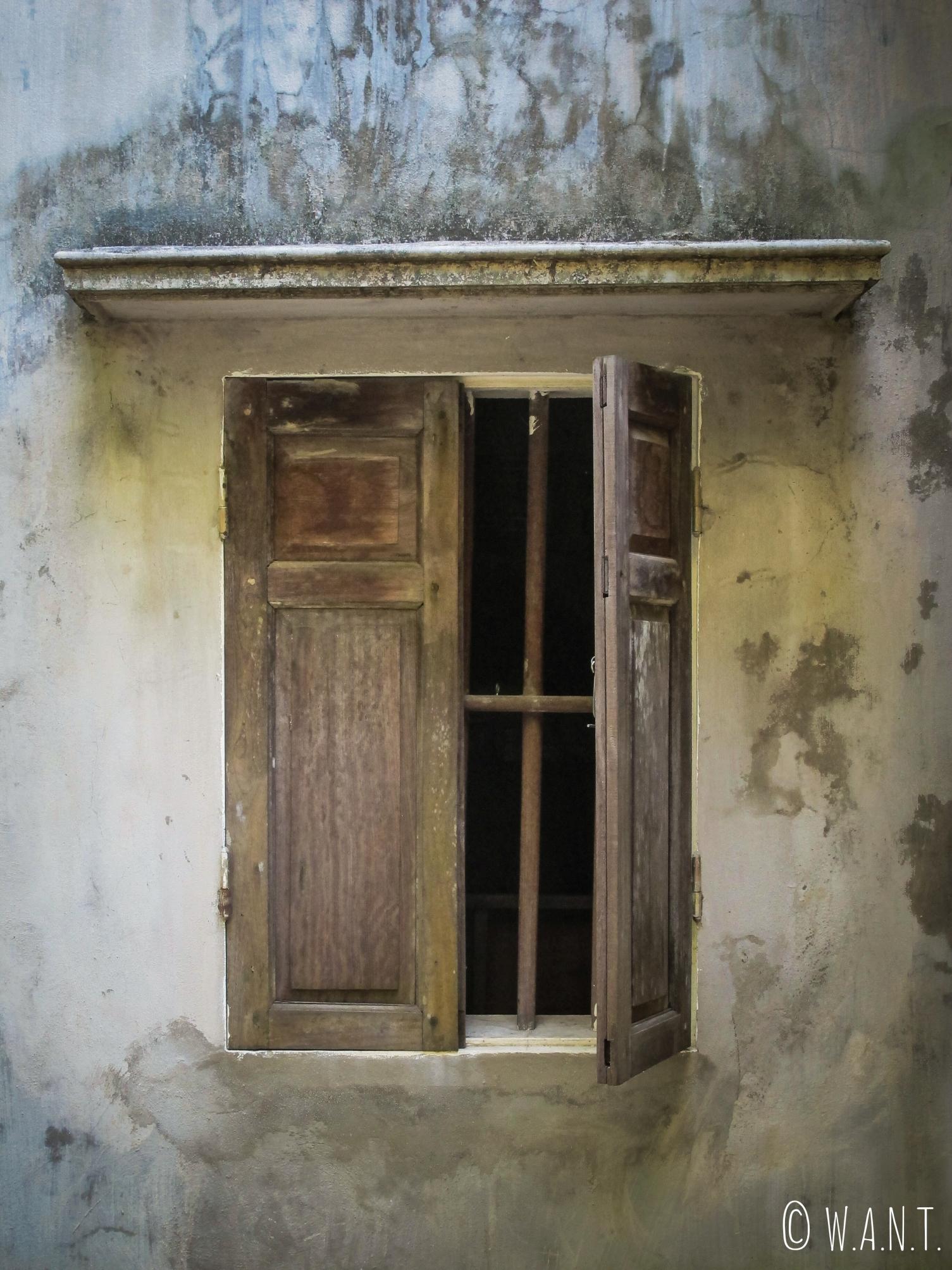 Fenêtre entrouverte de la pagode Bich Dong à Tam Coc