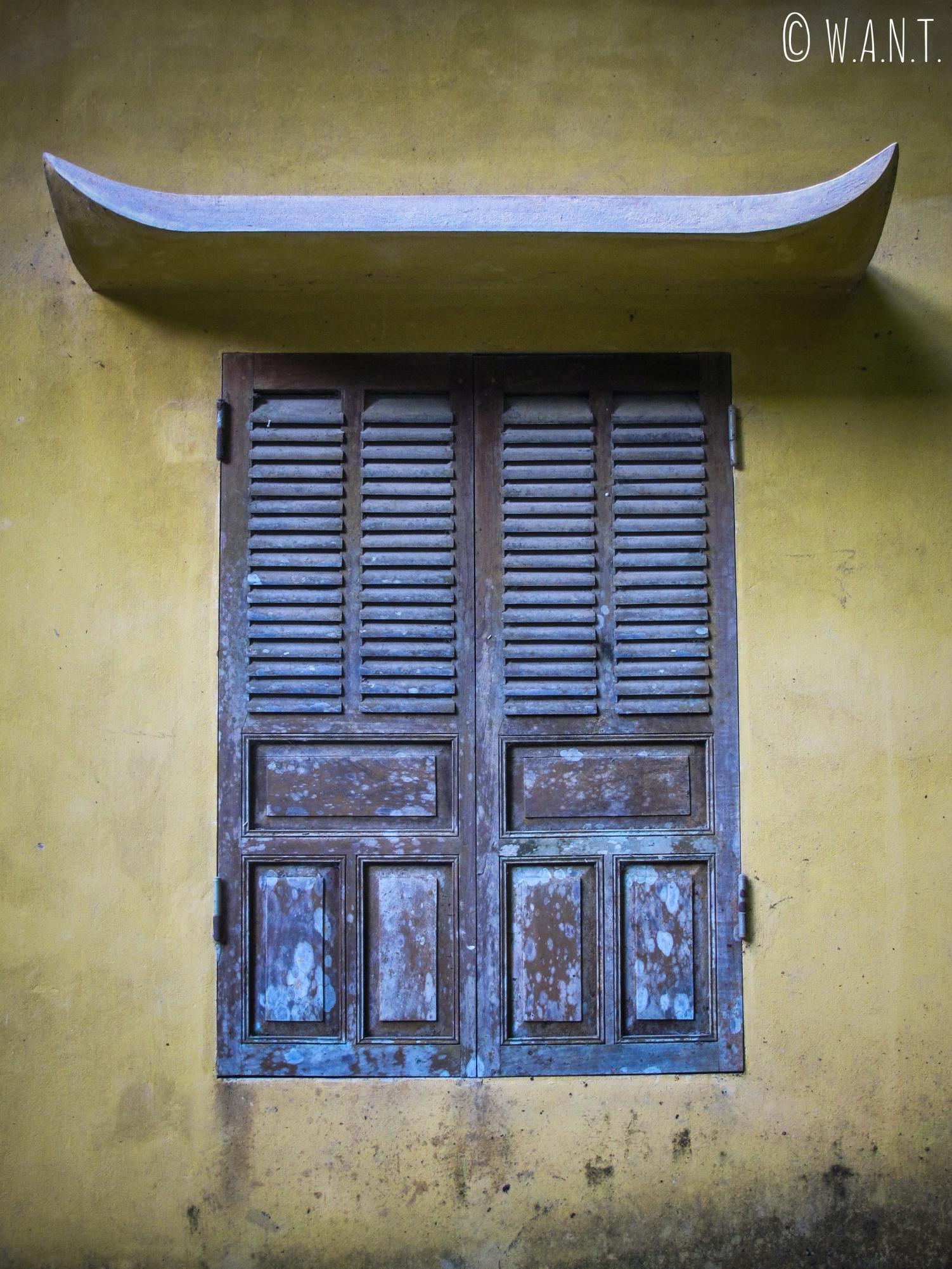 Fenêtre fermée à la pagode Bich Dong de Tam Coc