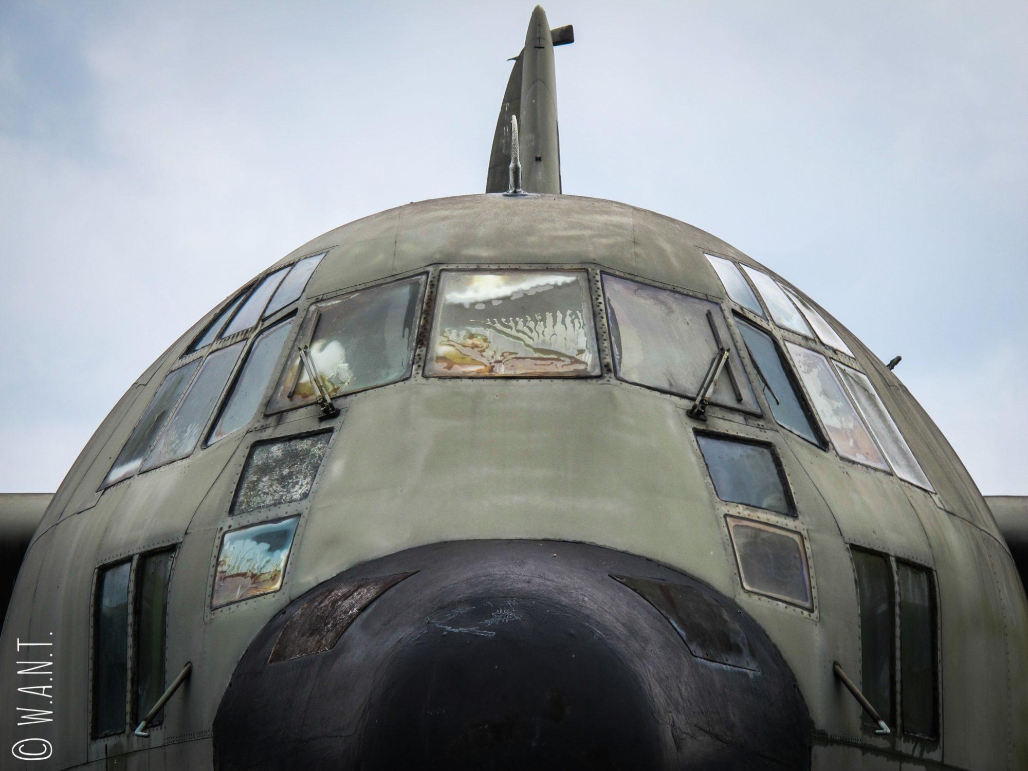 Gros plan du cockpit d'un Lockheed C-130 Hercules conservé à l'ancienne base américaine de Khe Sanh