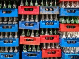 Gros plan sur des bouteilles consignées d'un restaurant sur l'île de Cam Kim