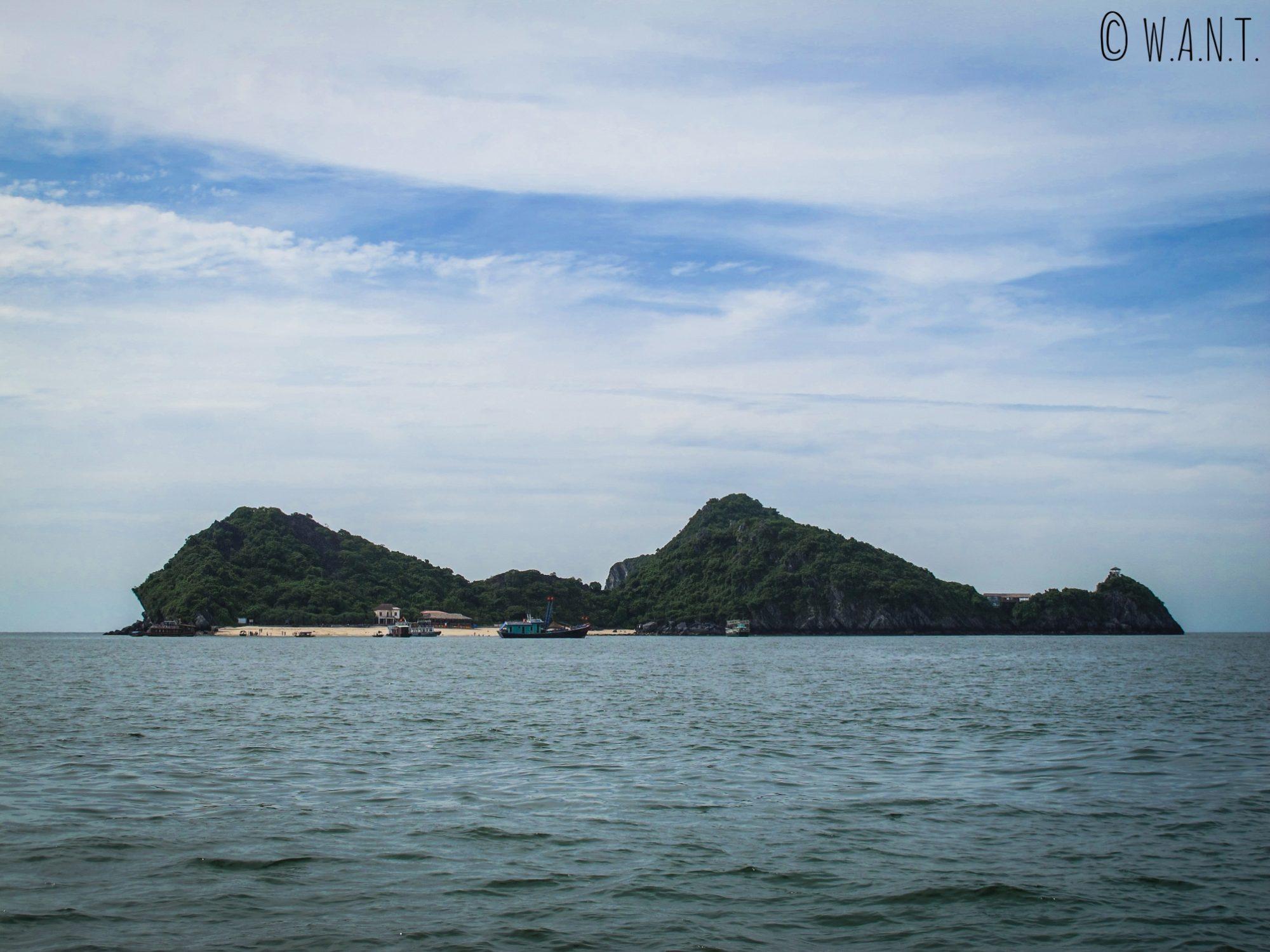 Gros plan sur l'île de Monkey Island au large de Cat Ba