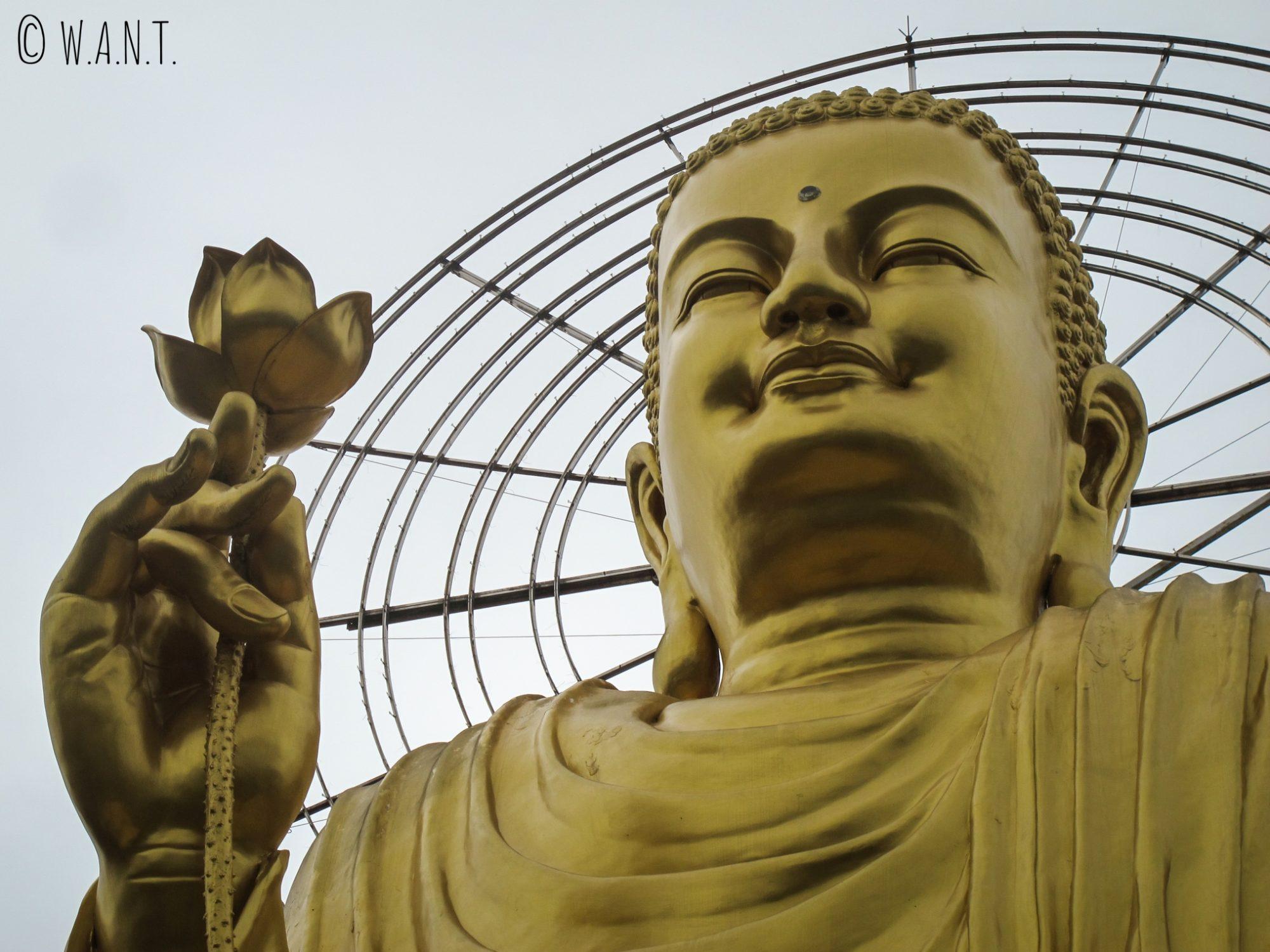 Gros plan sur le Golden Bouddha du Van Hanh Temple de Da Lat