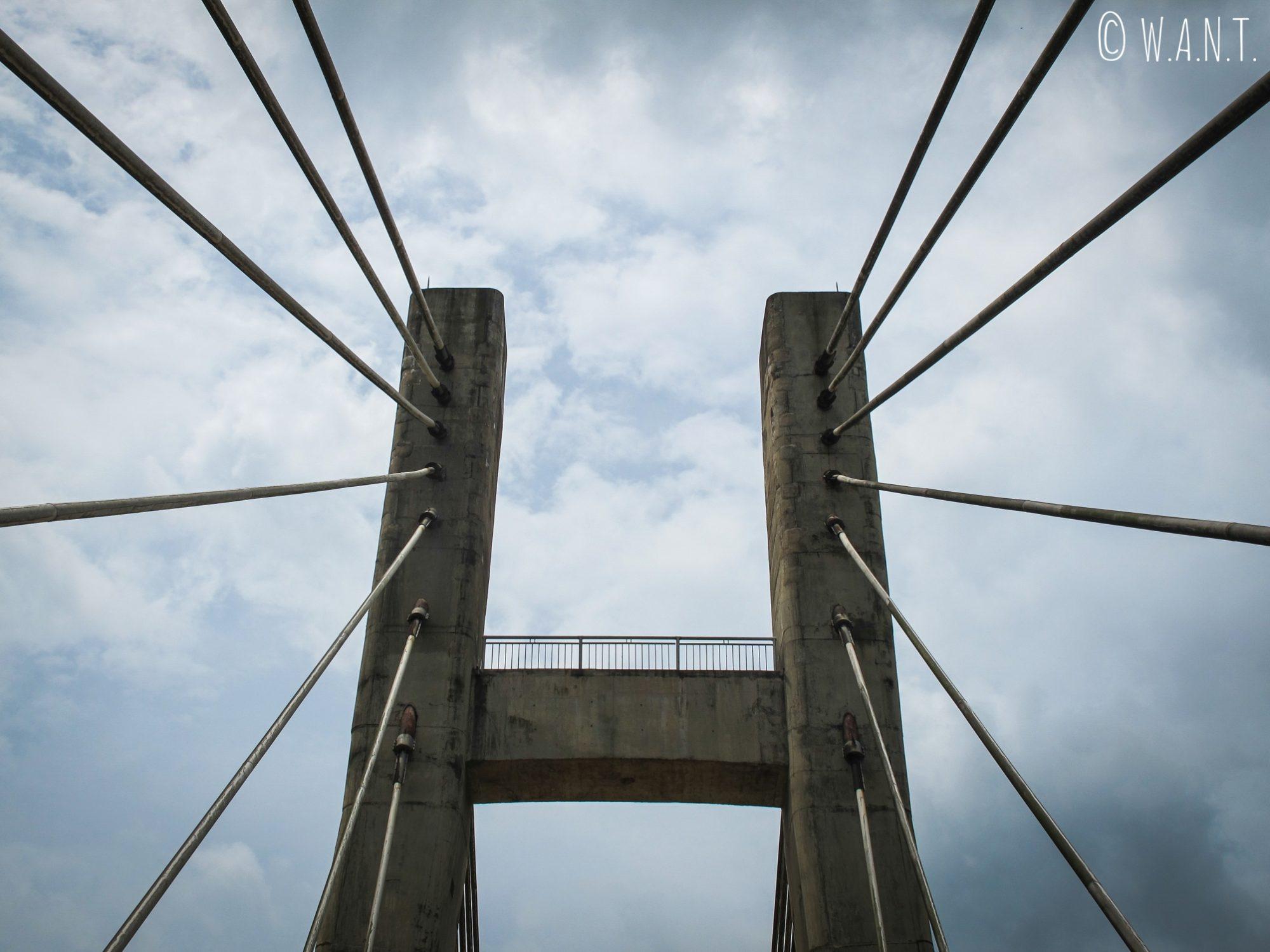 Gros plan sur le pont suspendu de la rivière Dakrong dans la DMZ