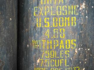 Gros plan sur les bombes exposées à l'ancienne base américaine de Khe Sanh