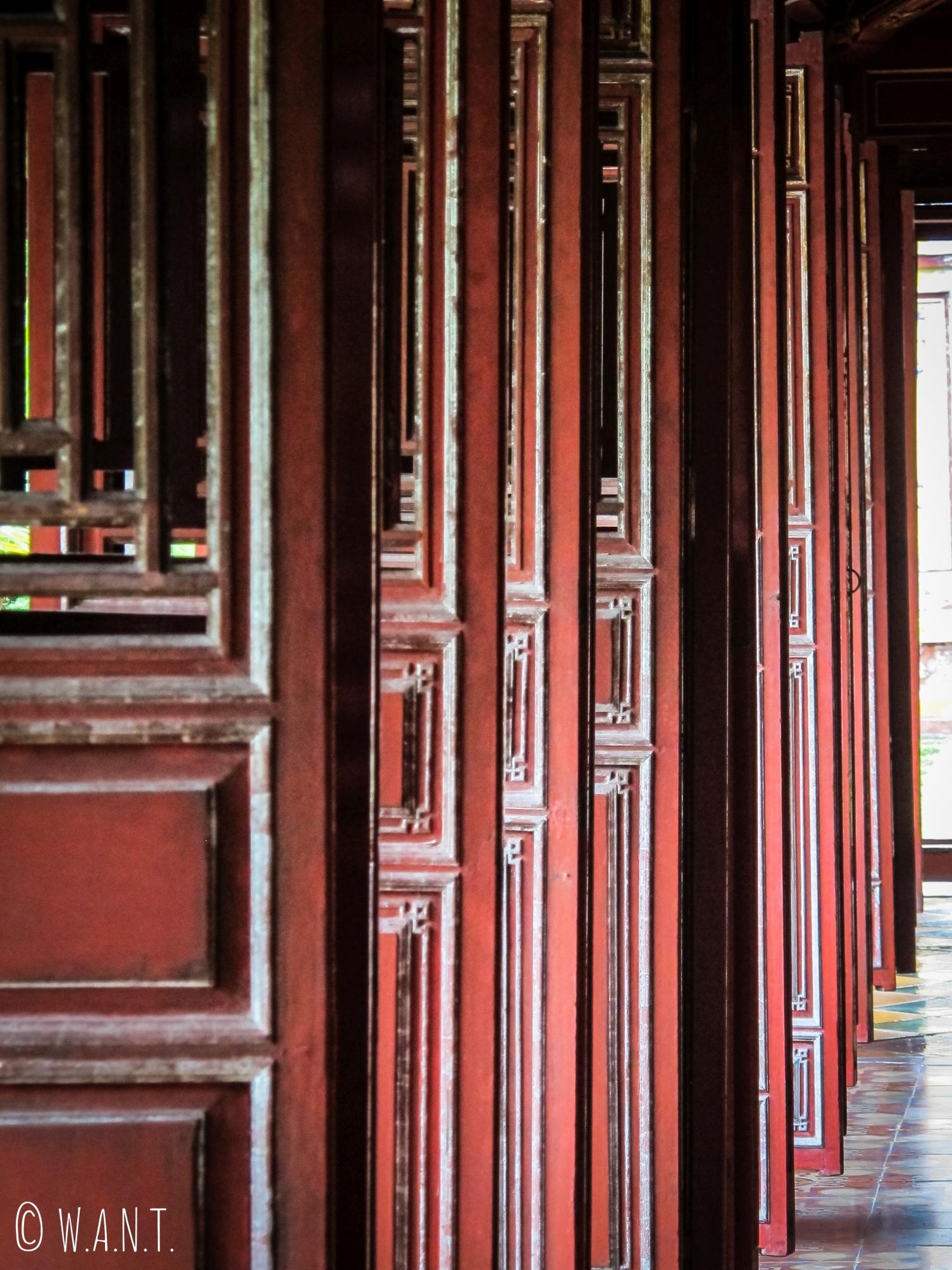 Gros plan sur les portes de la gallerie de la Citadelle de Hué