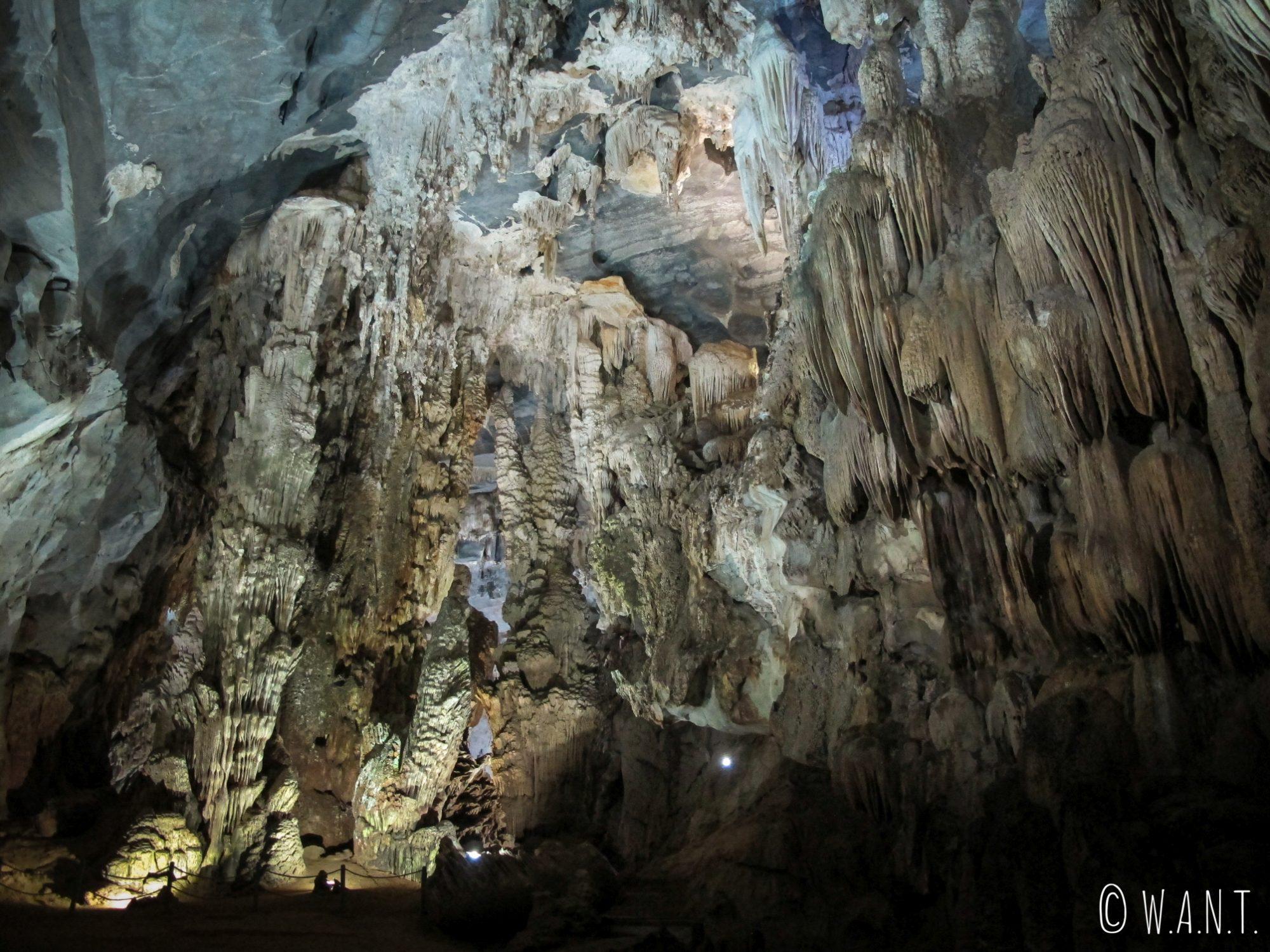 Gros plan sur les stalactites de la grotte de Phong Nha