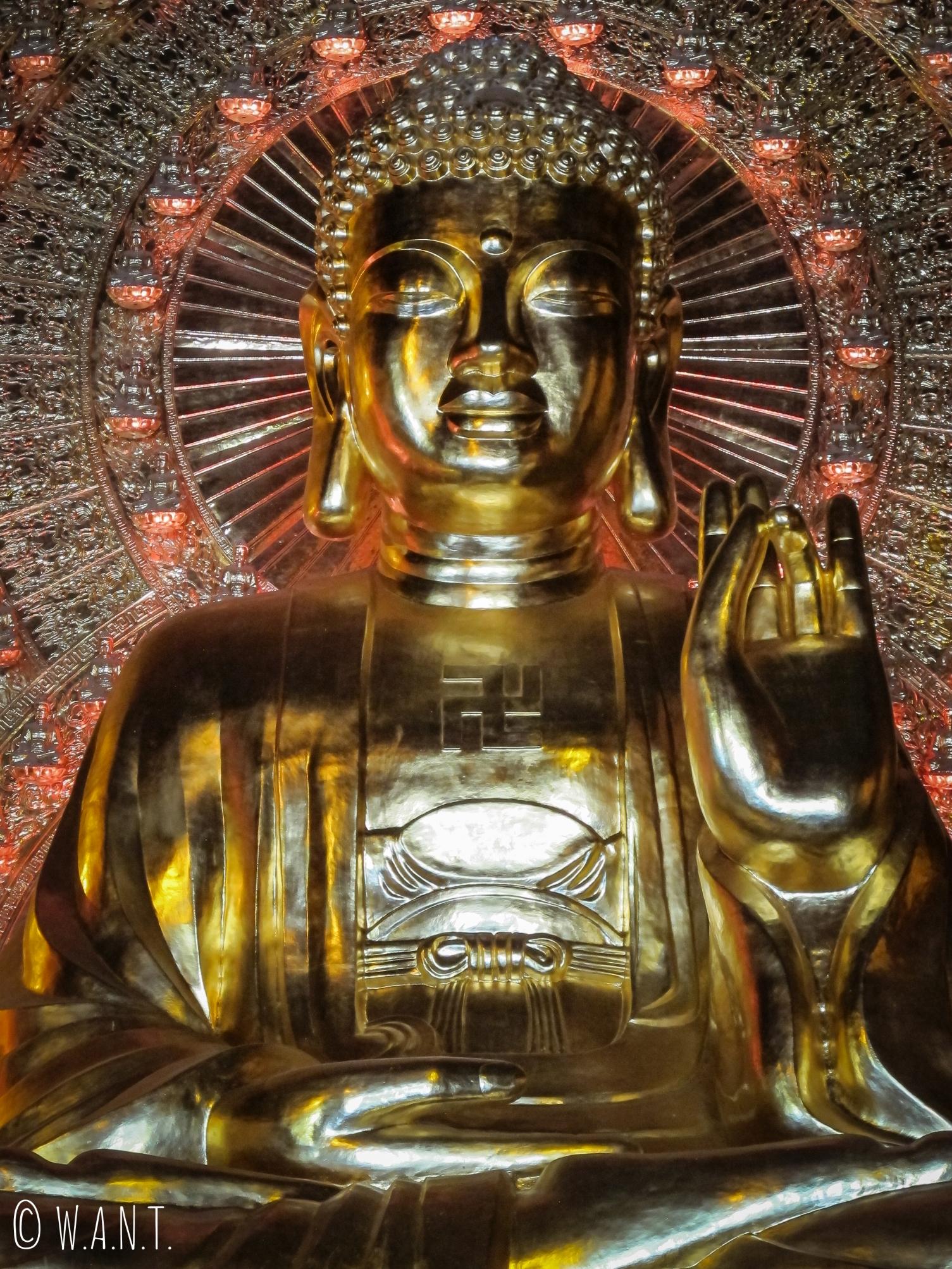 Gros plan sur une des trois statues de Bouddha du temple Dien Tam The de la pagode Bai Dinh