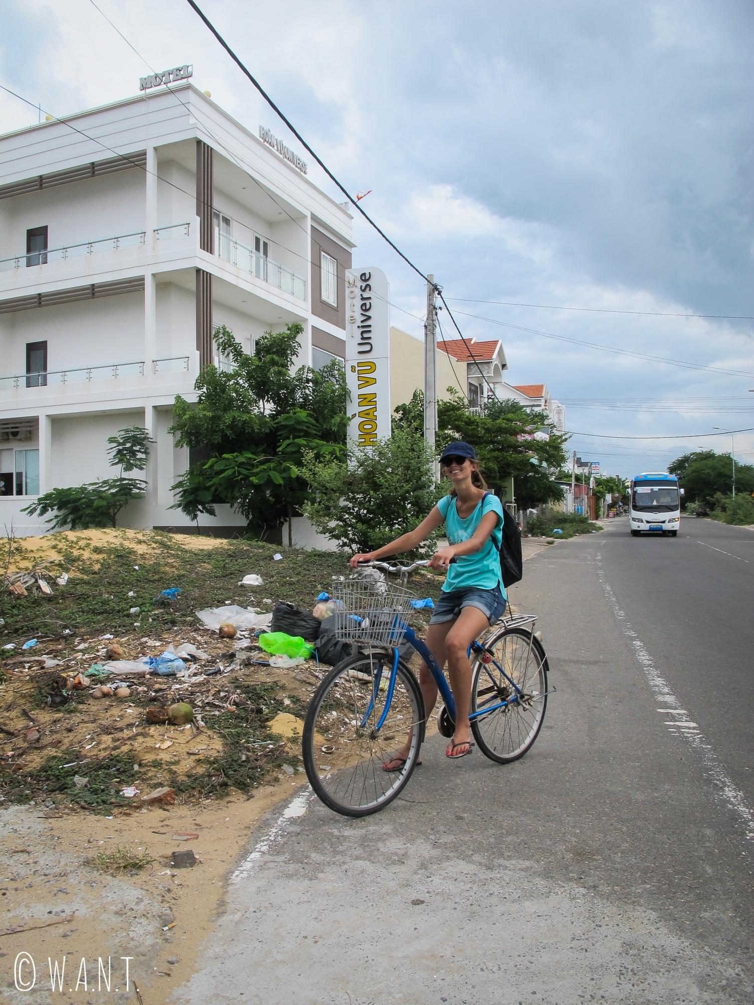 Hôtels fraîchement construits, bus et déchets sont typiques des rues de Mui Ne