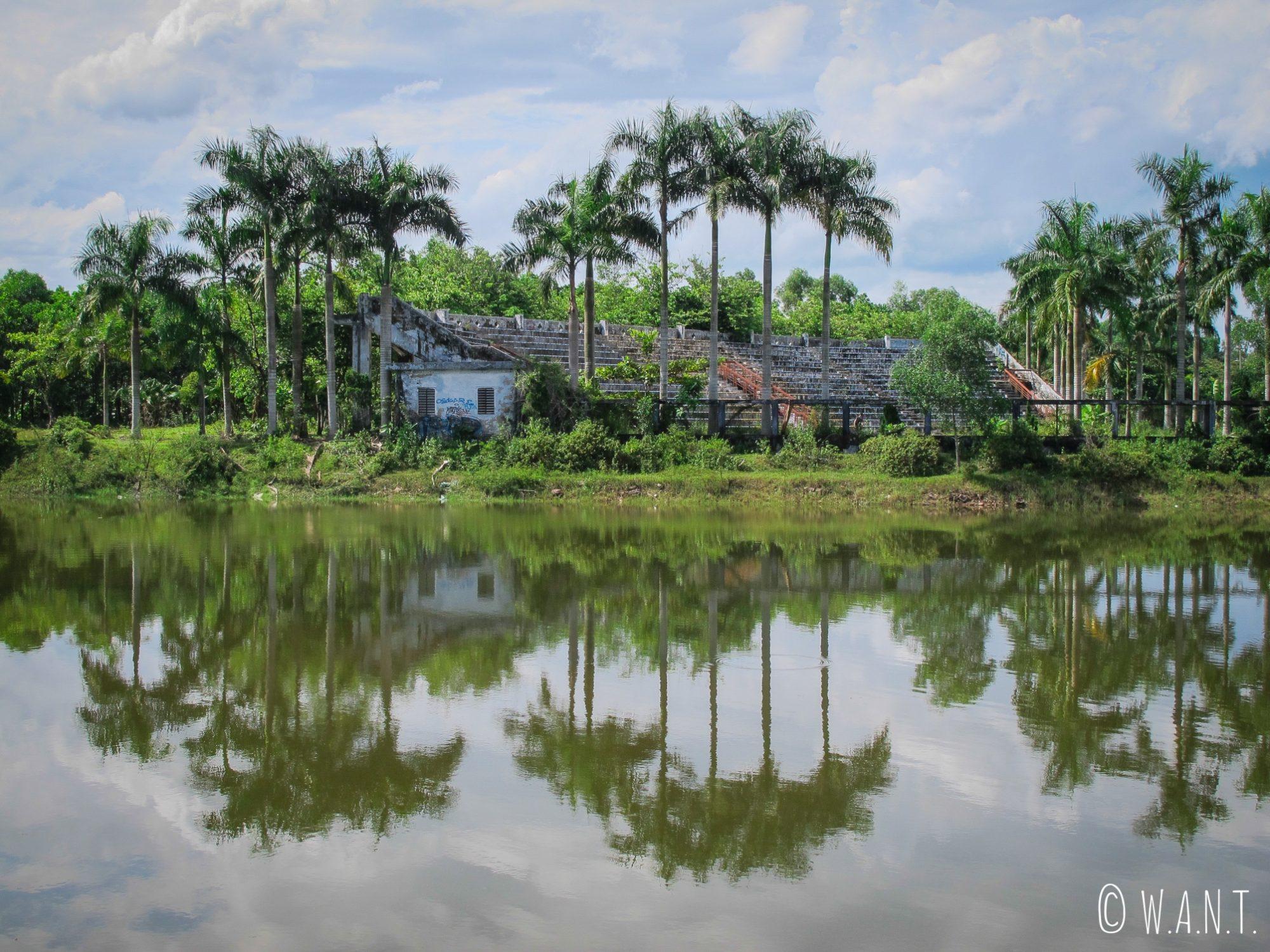 La nature reprend ses droits au parc aquatique abandonné de Ho Thuy Tien