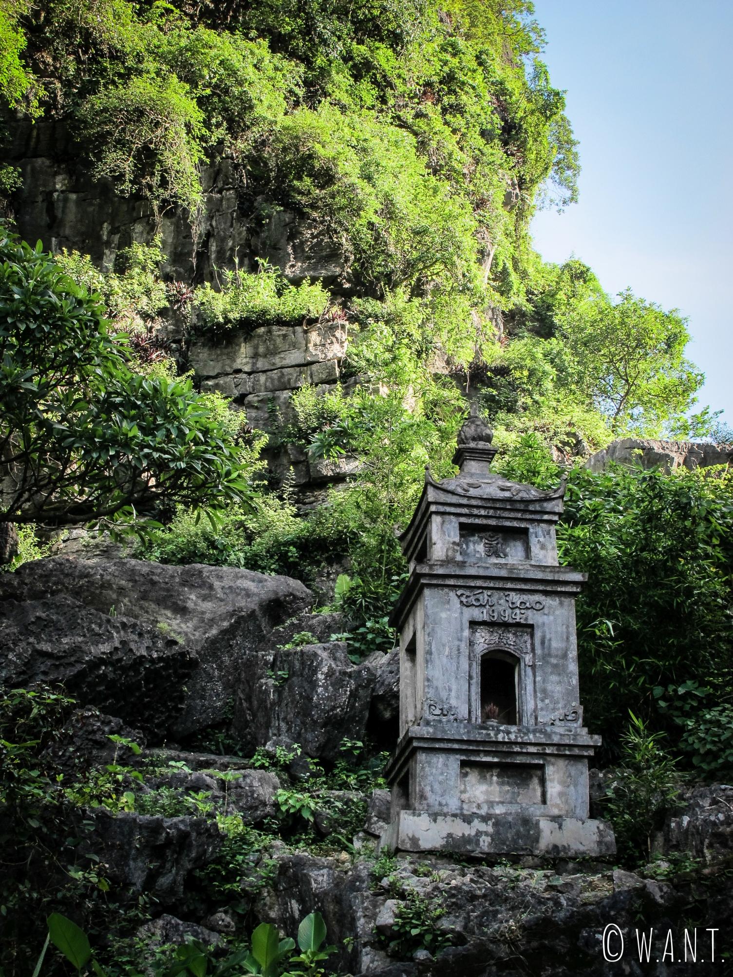 La pagode Bich Dong de Tam Coc est située à flanc de montagne