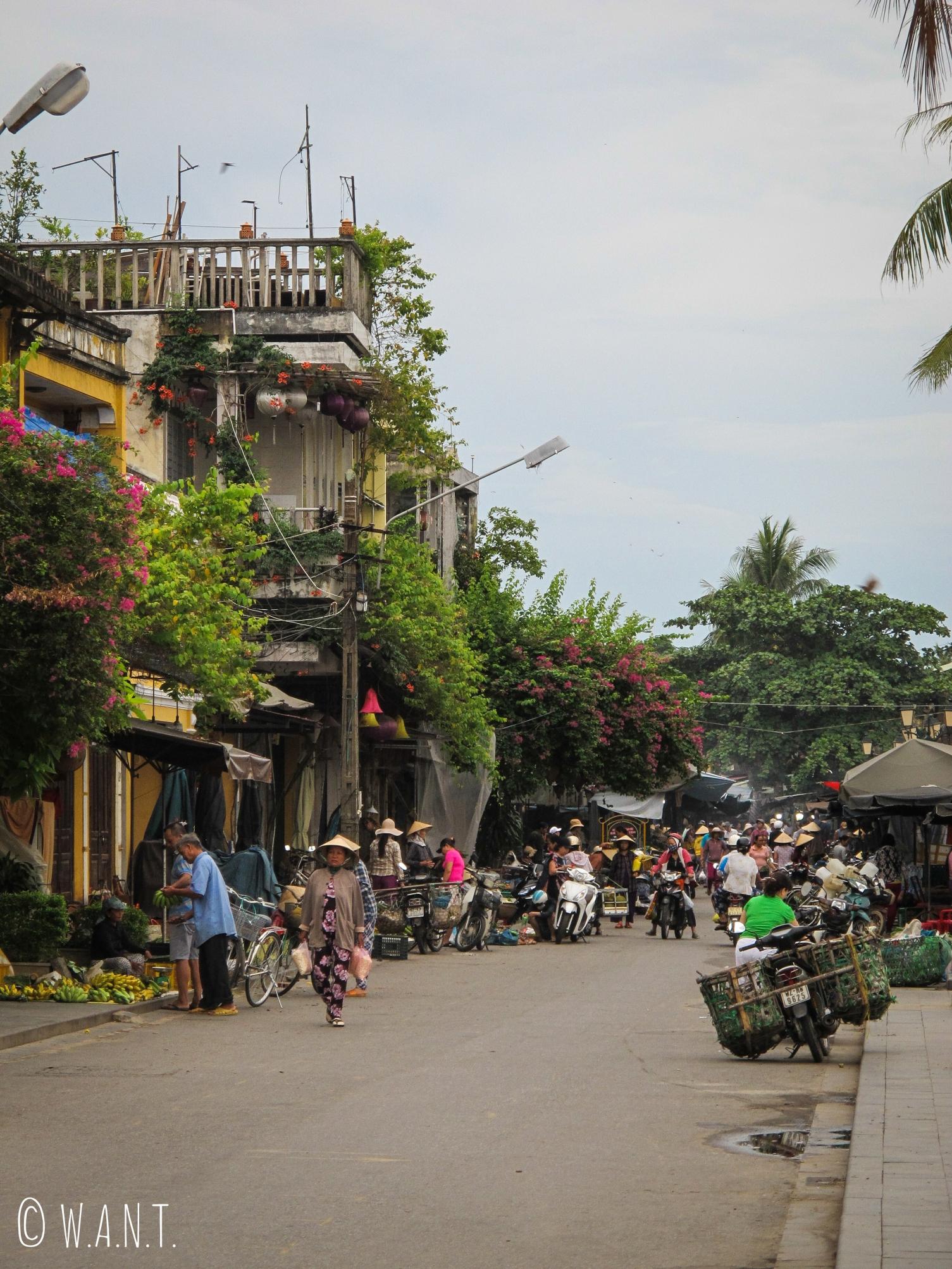 La seule rue animée à 5h30 est celle du marché à Hoi An