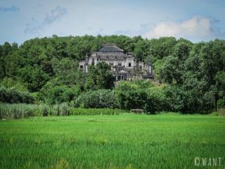 Le Mausolée de Khai Dinh à Hué est niché au cœur des rizières et forêts