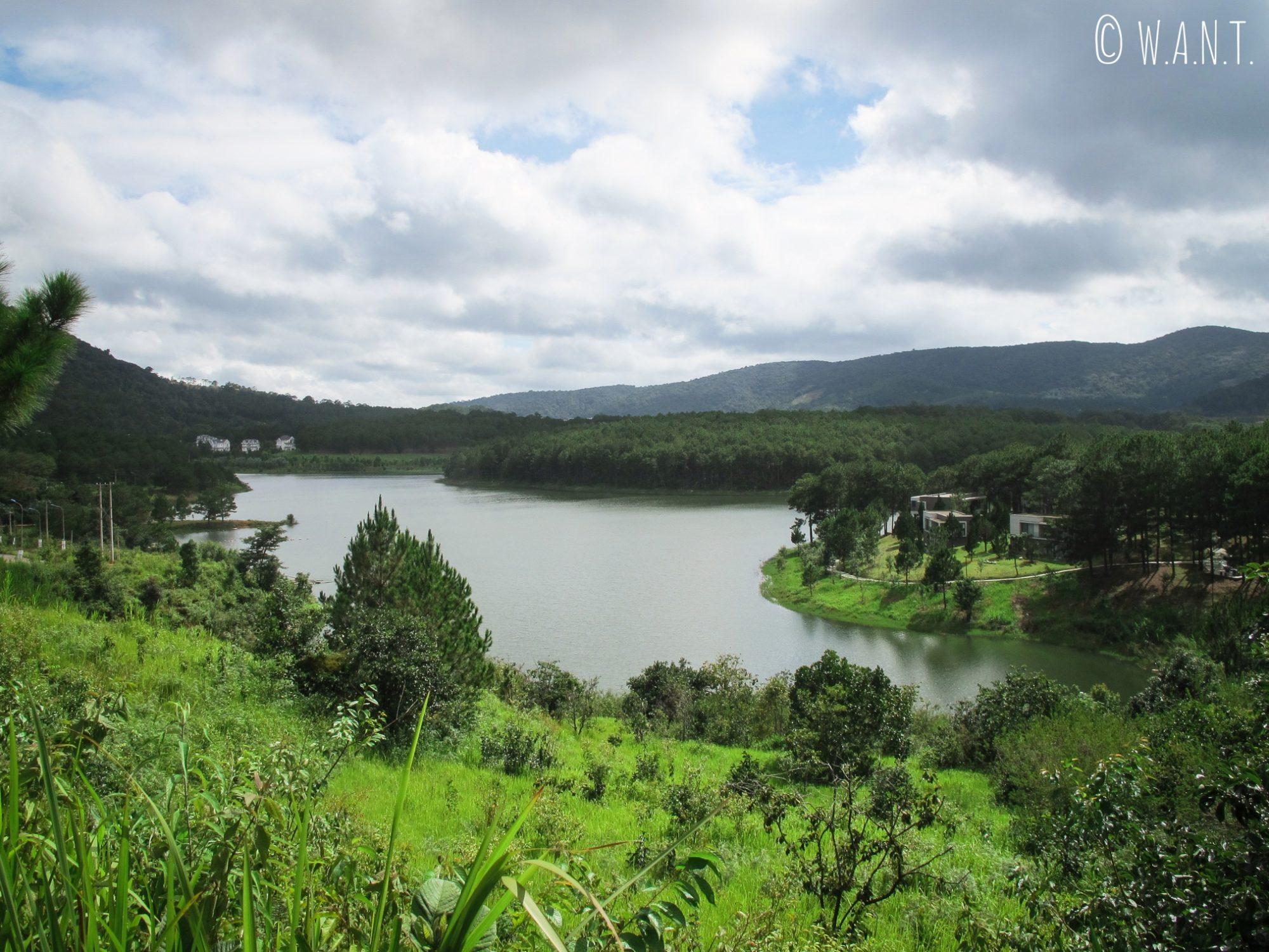 Le Tuyen Lam Lake près de Da Lat nous offre un paysage magnifique