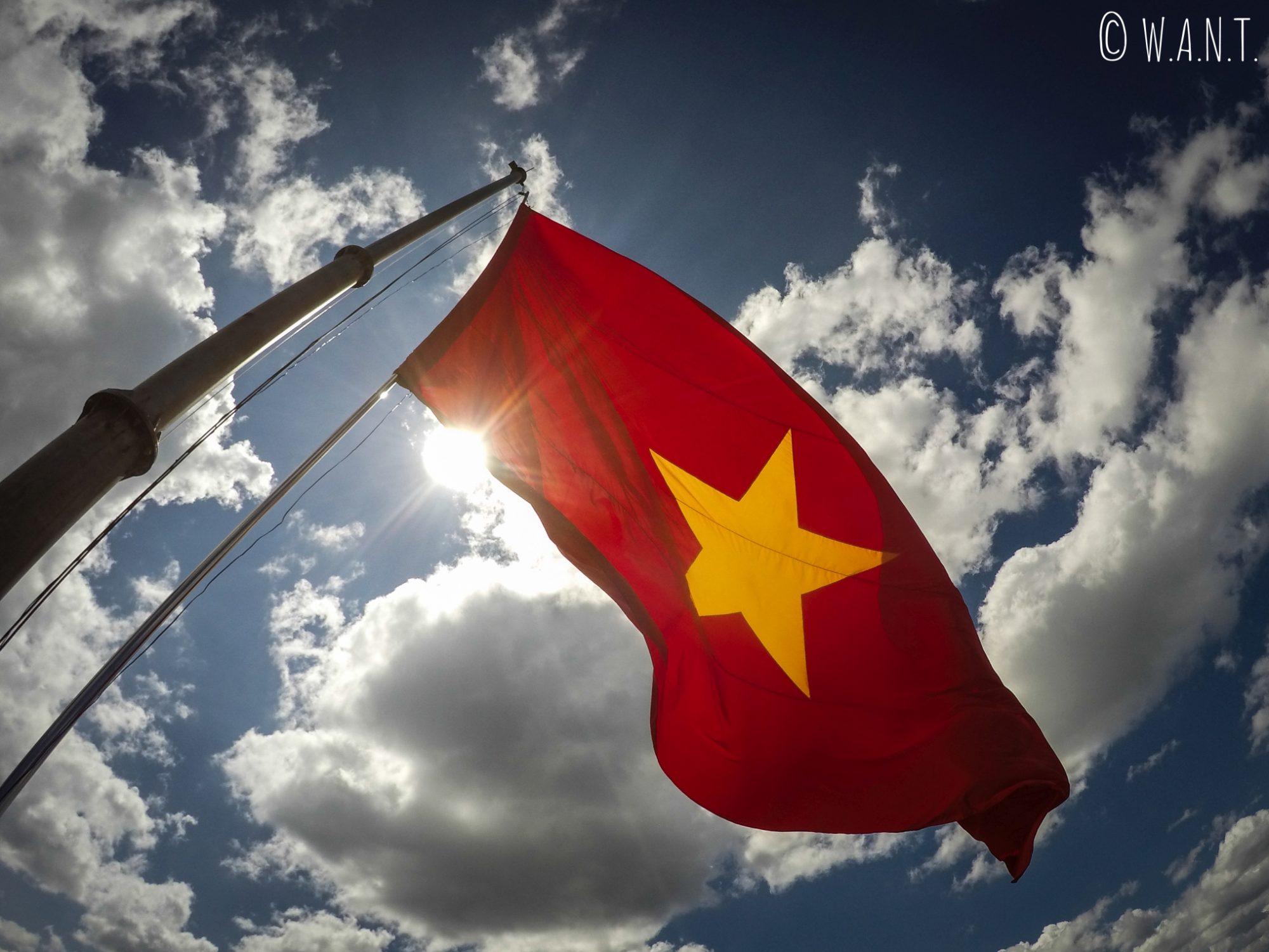 Le drapeau vietnamien flotte au vent à Lung Cu