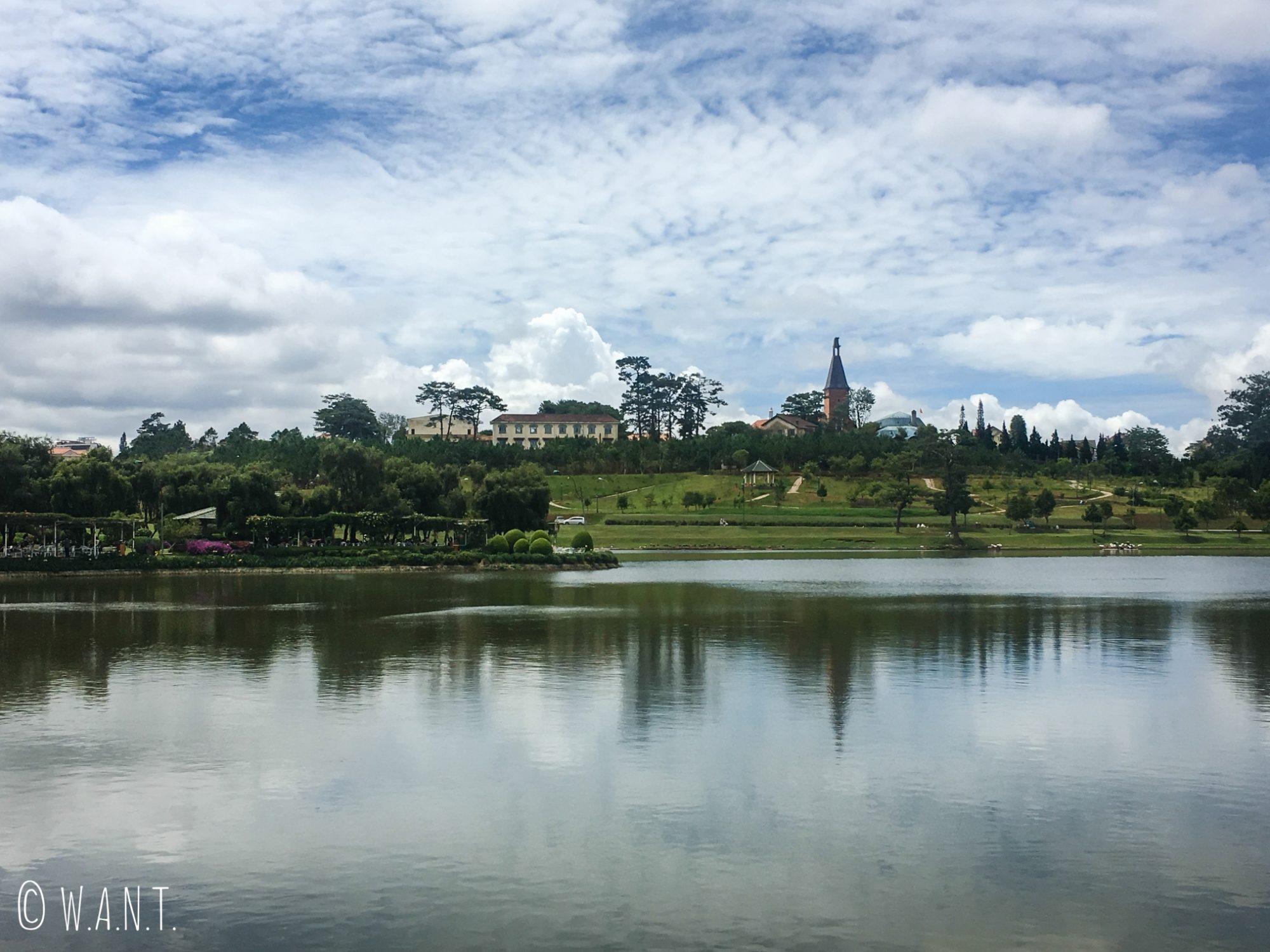 Le lac de Da Lat, situé en son centre, offre de jolies promenades
