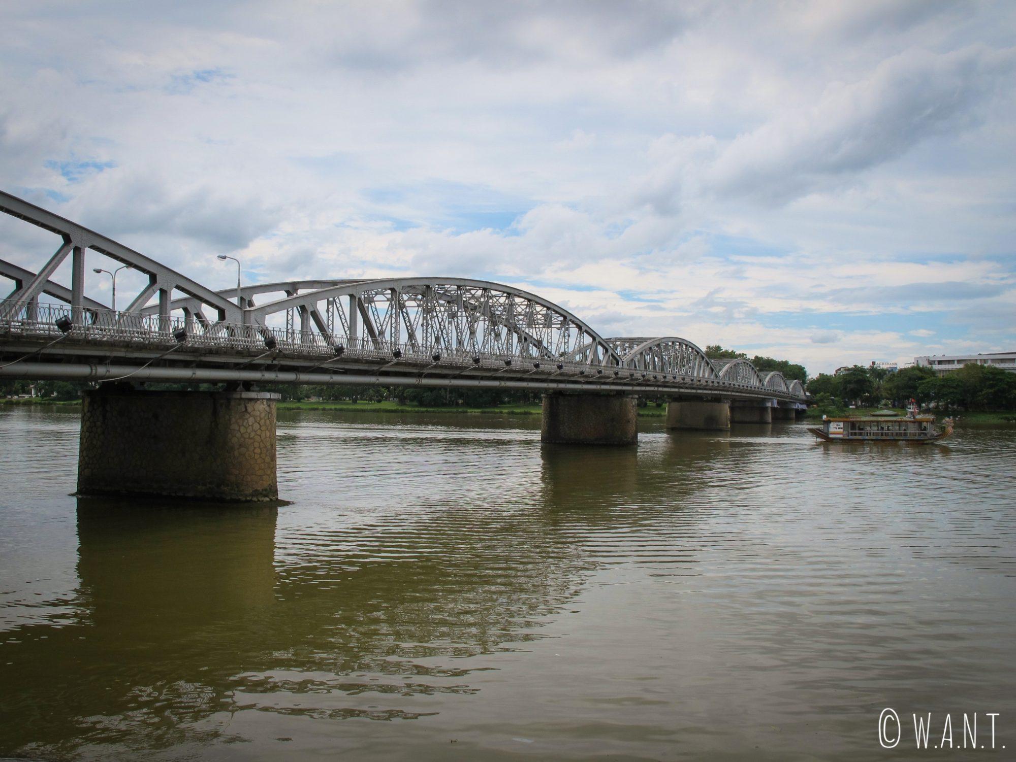 Le pont Trang Tien traverse la rivière des Parfums à Hué