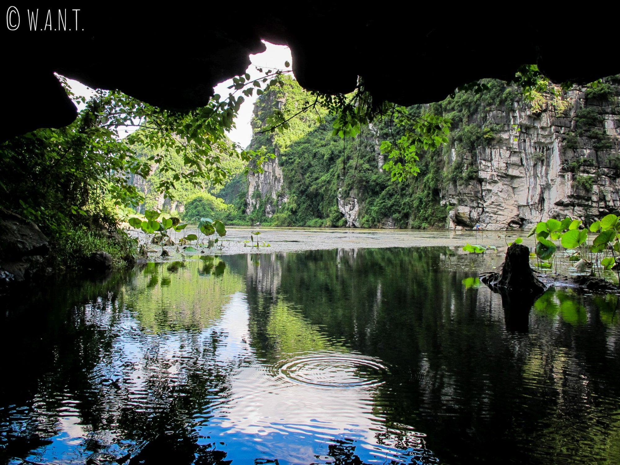 Lors de notre promenade en barque à Trang An, nous avons visité des grottes