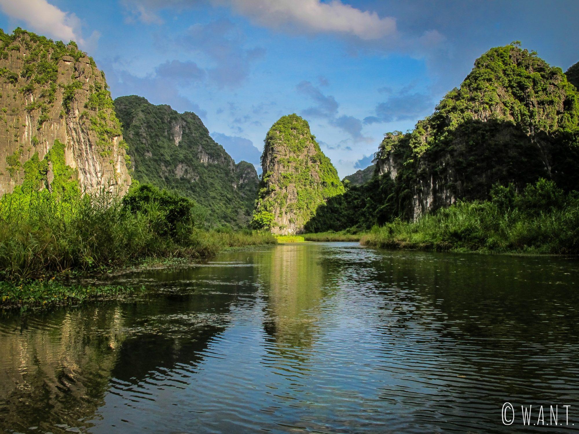 Luminosité de fin d'après-midi sur les pics karstiques de Trang An