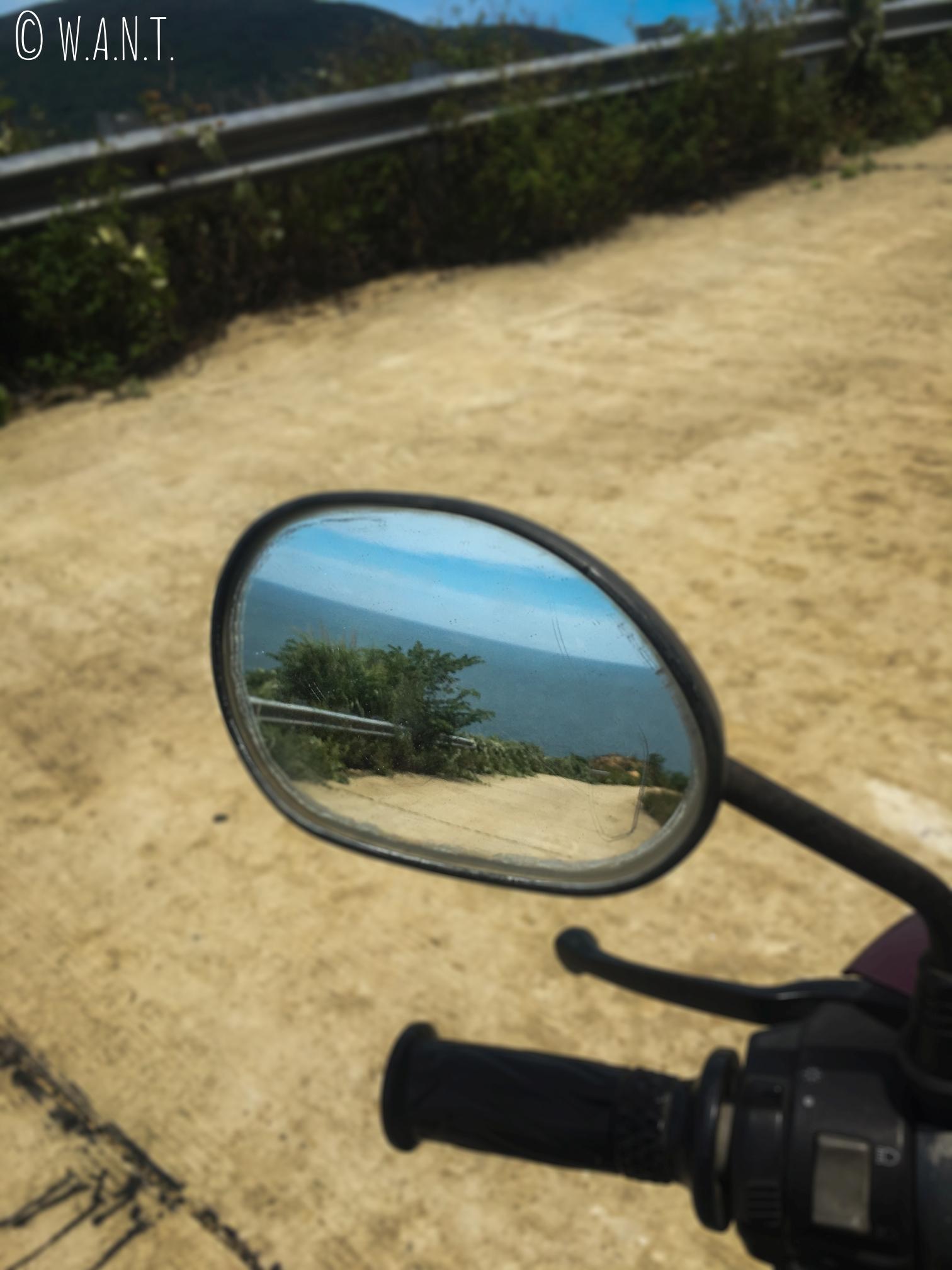 Magnifique paysage dans le rétroviseur de notre scooter sur la presqu'île Son Tra