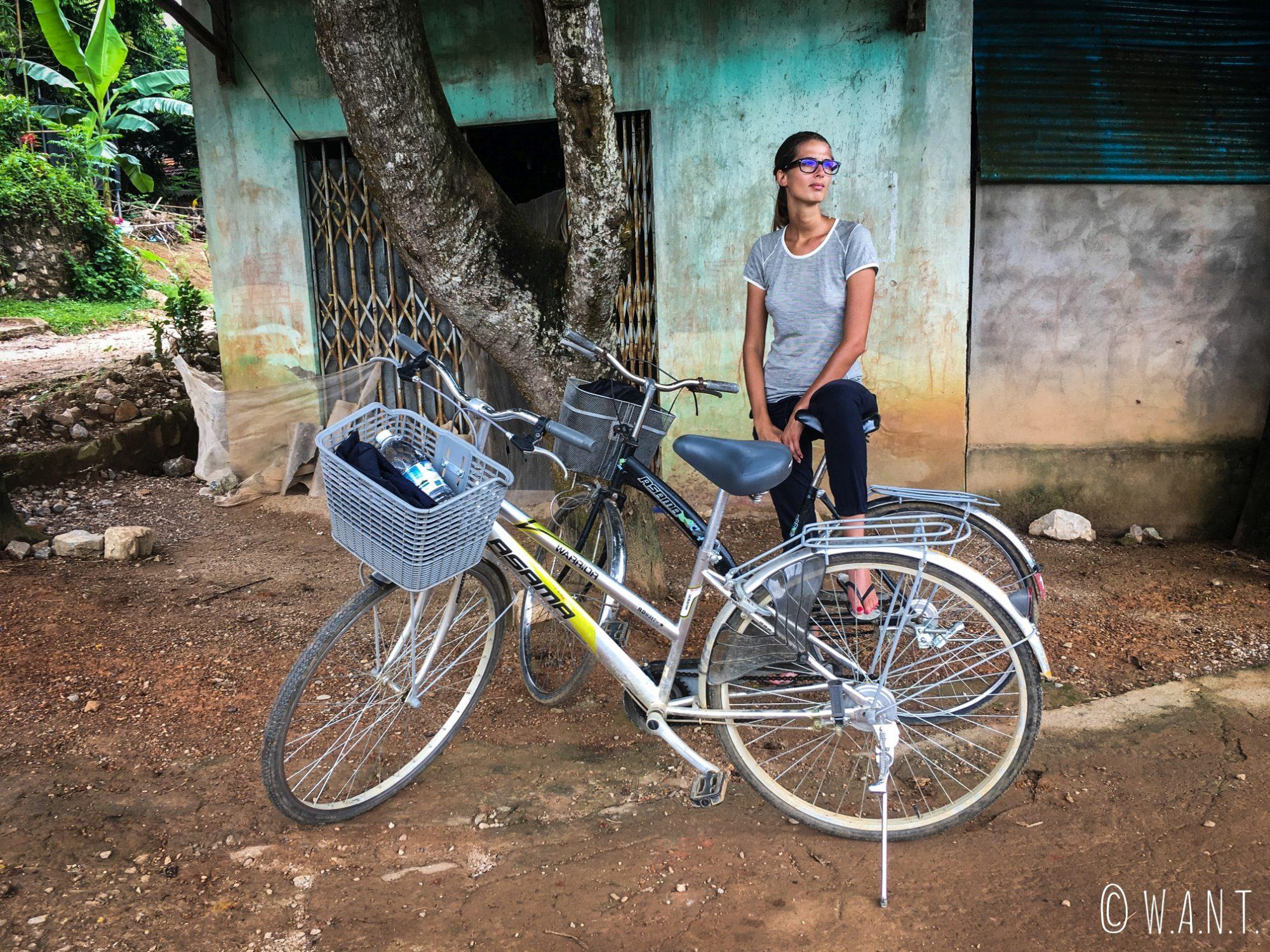 Marion attend que la pluie passe pour poursuivre notre promenade à vélo dans la campagne de Mai Chau