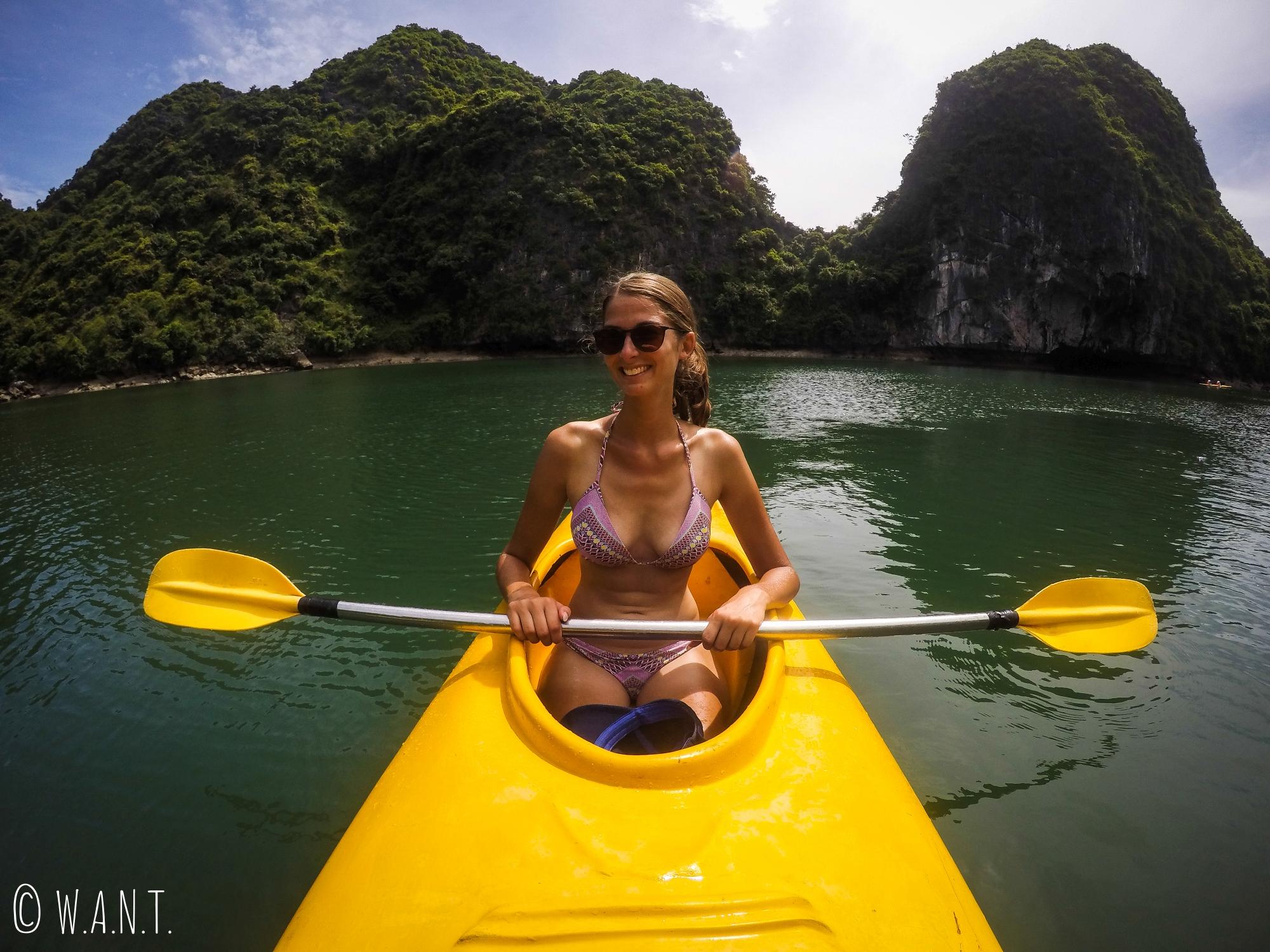 Marion est ravie de cette sortie kayak dans la Baie d'Ha Long
