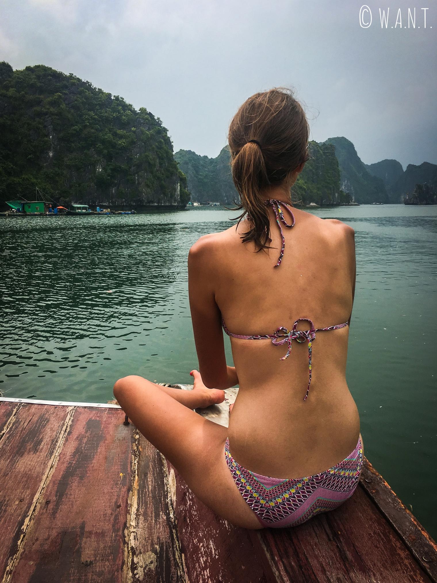 Marion profite du paysage lors de notre excursion dans la Baie de Lan Ha