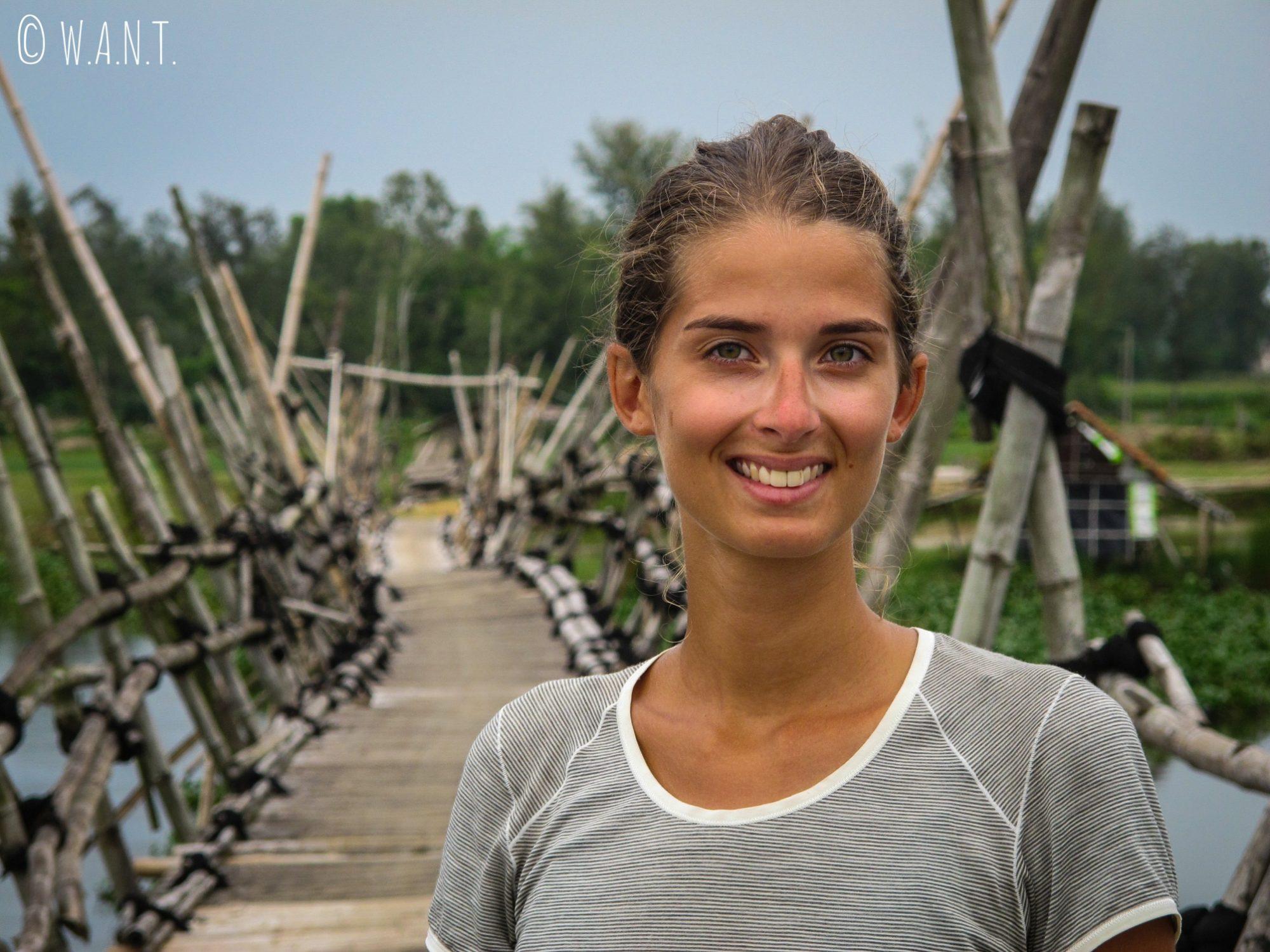 Marion sur un pont de bambou dans la région d'Hoi An