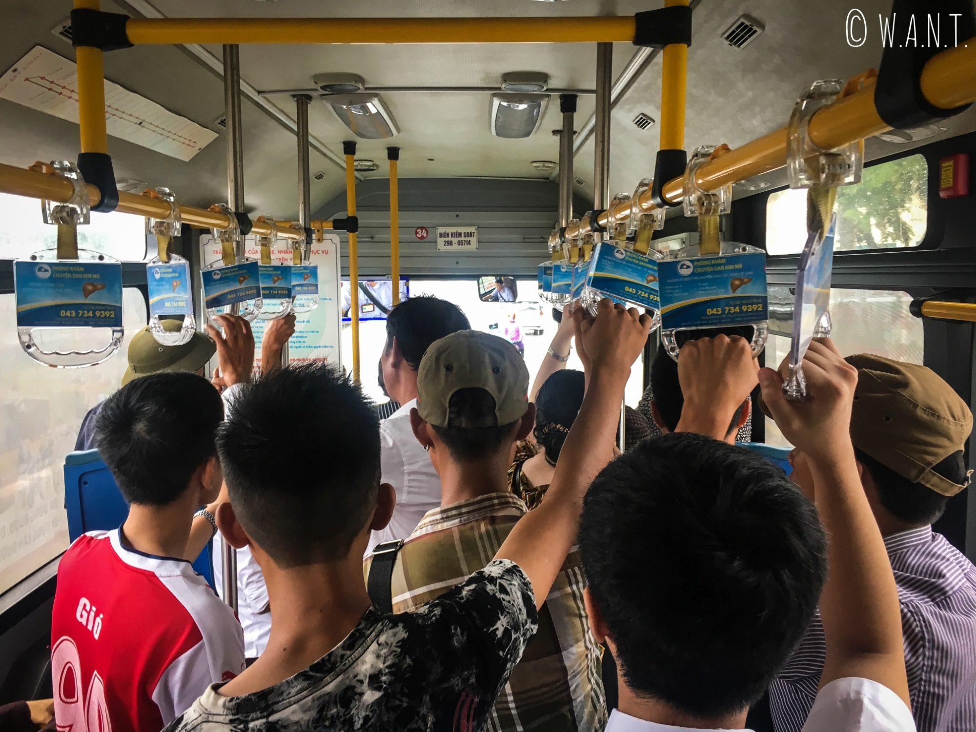 Nous prenons le bus 34 pour rejoindre la gare routière de My Dinh à Hanoï