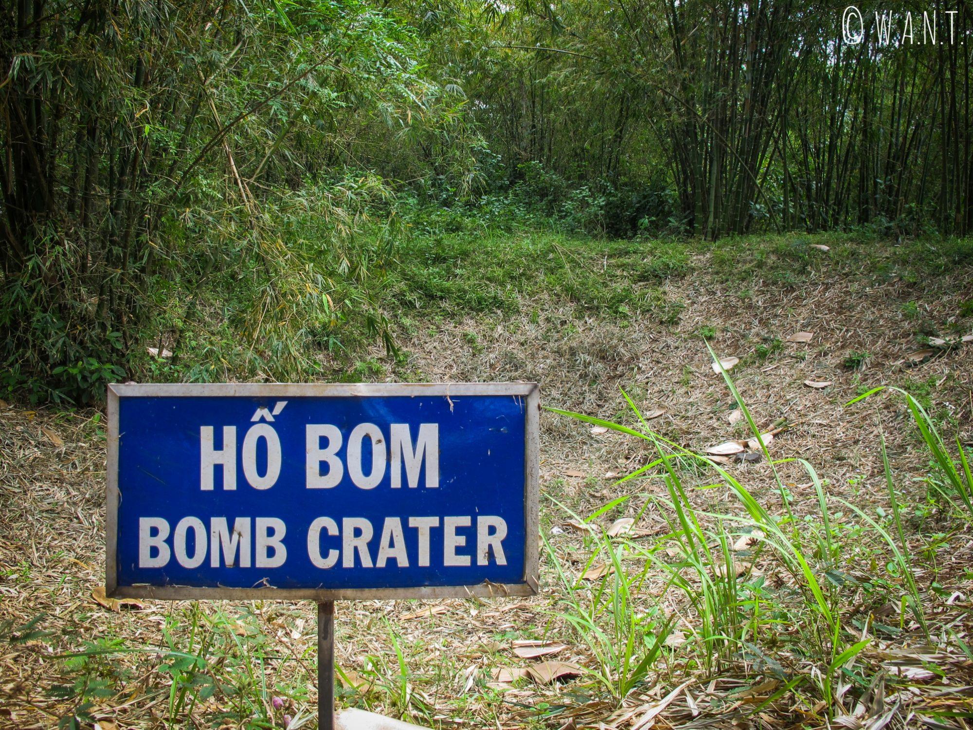 Panneau indiquant un cratère de bombe aux tunnels de Vinh Moc