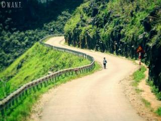Petite fille seule sur le bord de la route entre Dong Van et Sa Phin